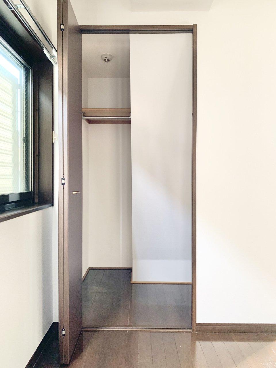 部屋の収納スペースはややコンパクトながら、2つついているので安心。