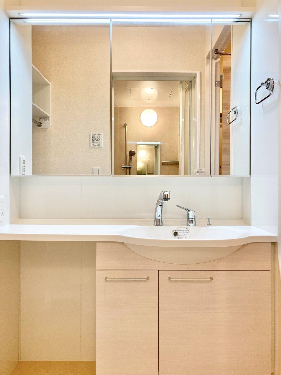 独立洗面台もかなり広々!左側のスペースだけでなく、鏡の裏にも収納できる箇所がついていましたよ。水回り、すっきりと魅せて使いこなしましょう。