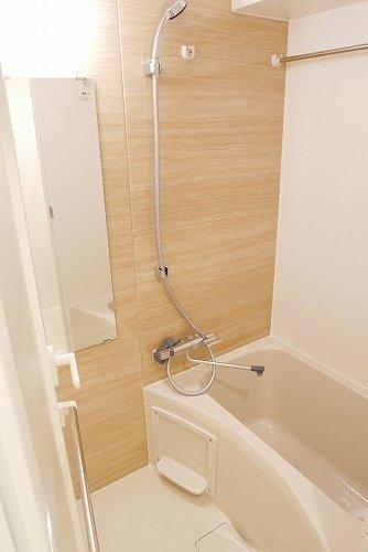 2018年に建てられた築浅物件なので、水回りも綺麗。お風呂場には浴室乾燥機もついています。
