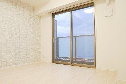 こちらはちょっぴりコンパクトな6畳1Kタイプのお部屋。壁紙のテクスチャがおしゃれです。