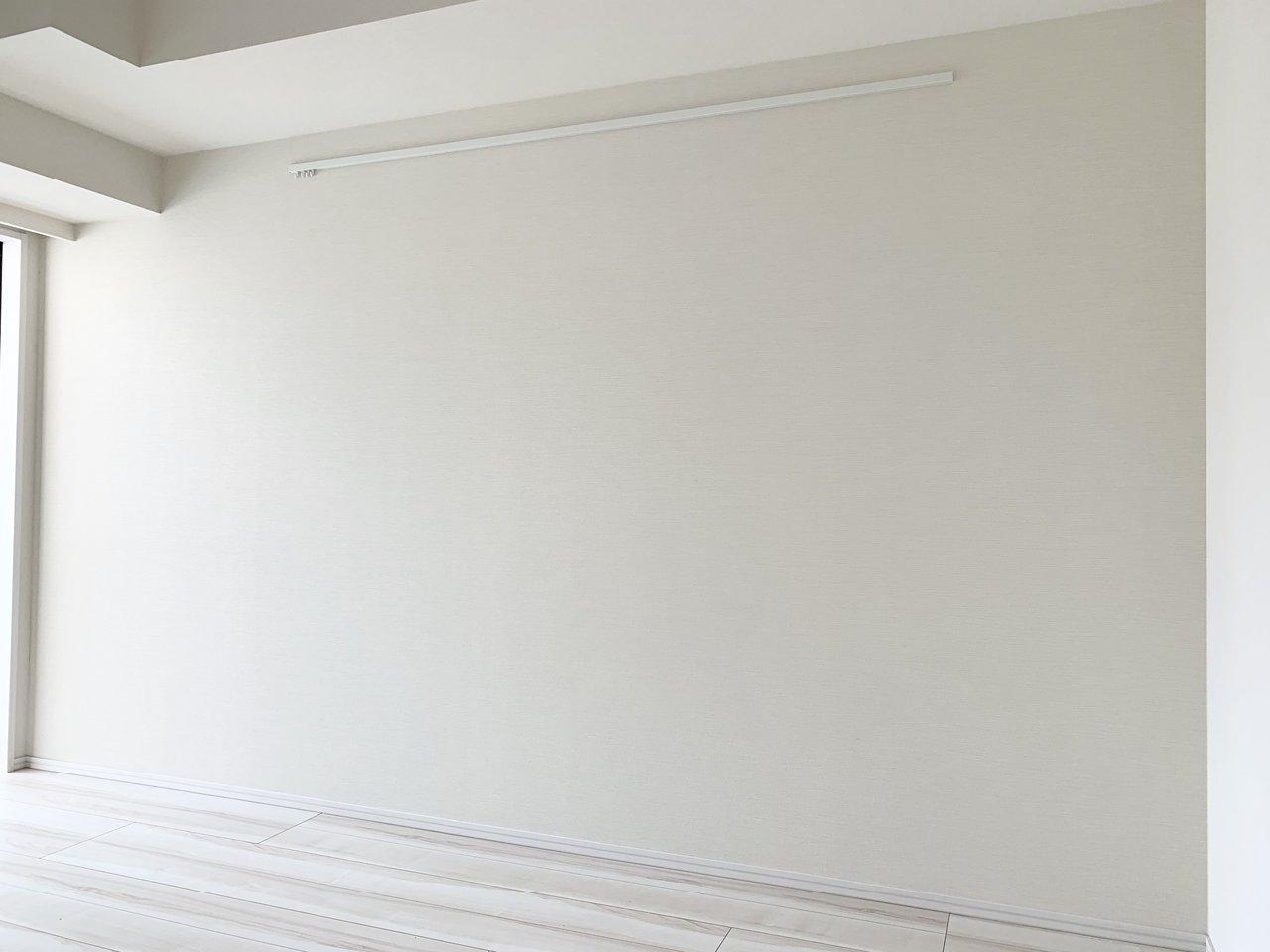 もう一方の壁はピクチャーレール付き。どんな壁面にしようか、ワクワクしますね。