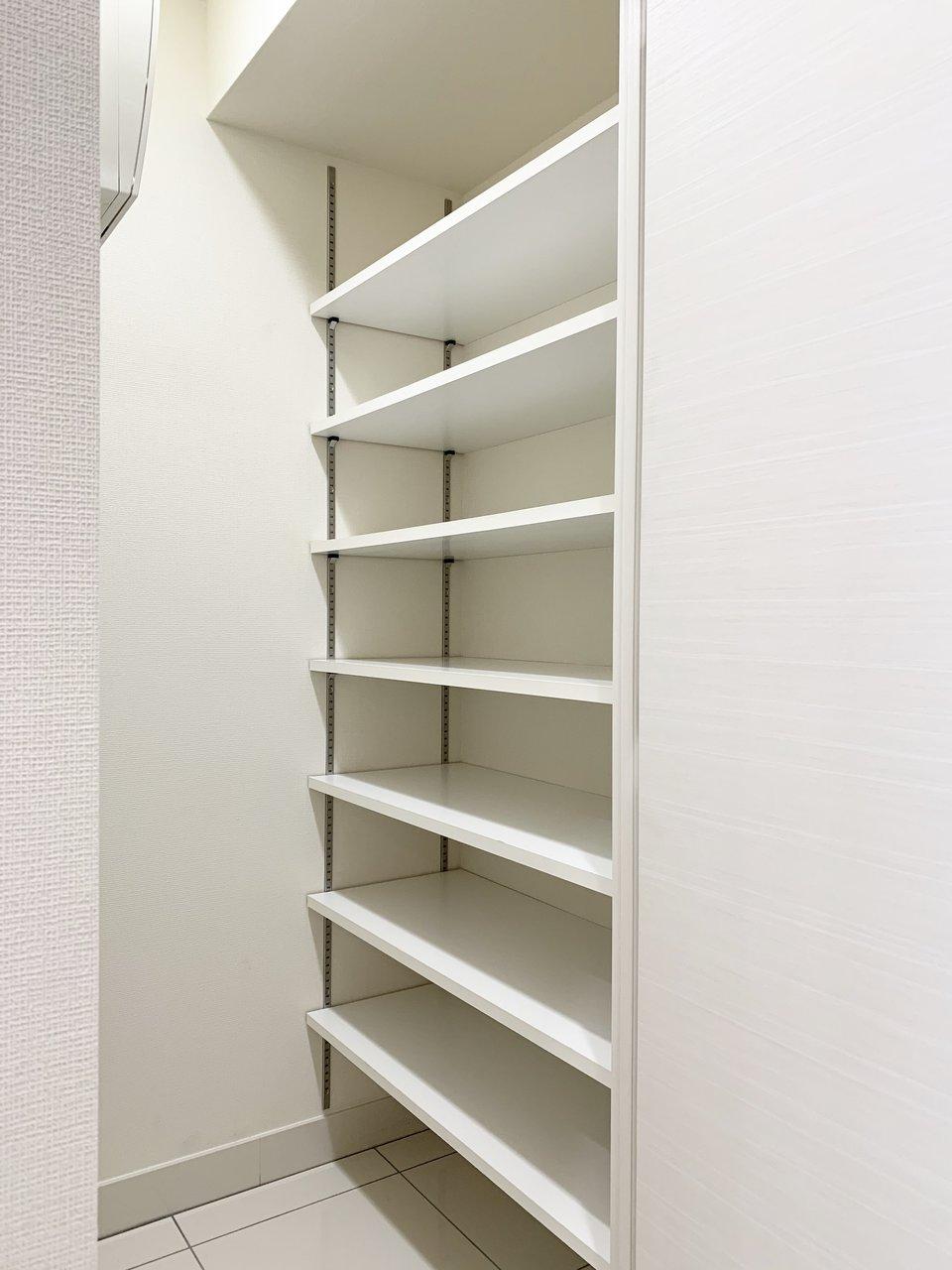 玄関脇には大容量のシューズボックスが。靴だけでなく、アウトドア用品などの大型の荷物も収納しておけます。