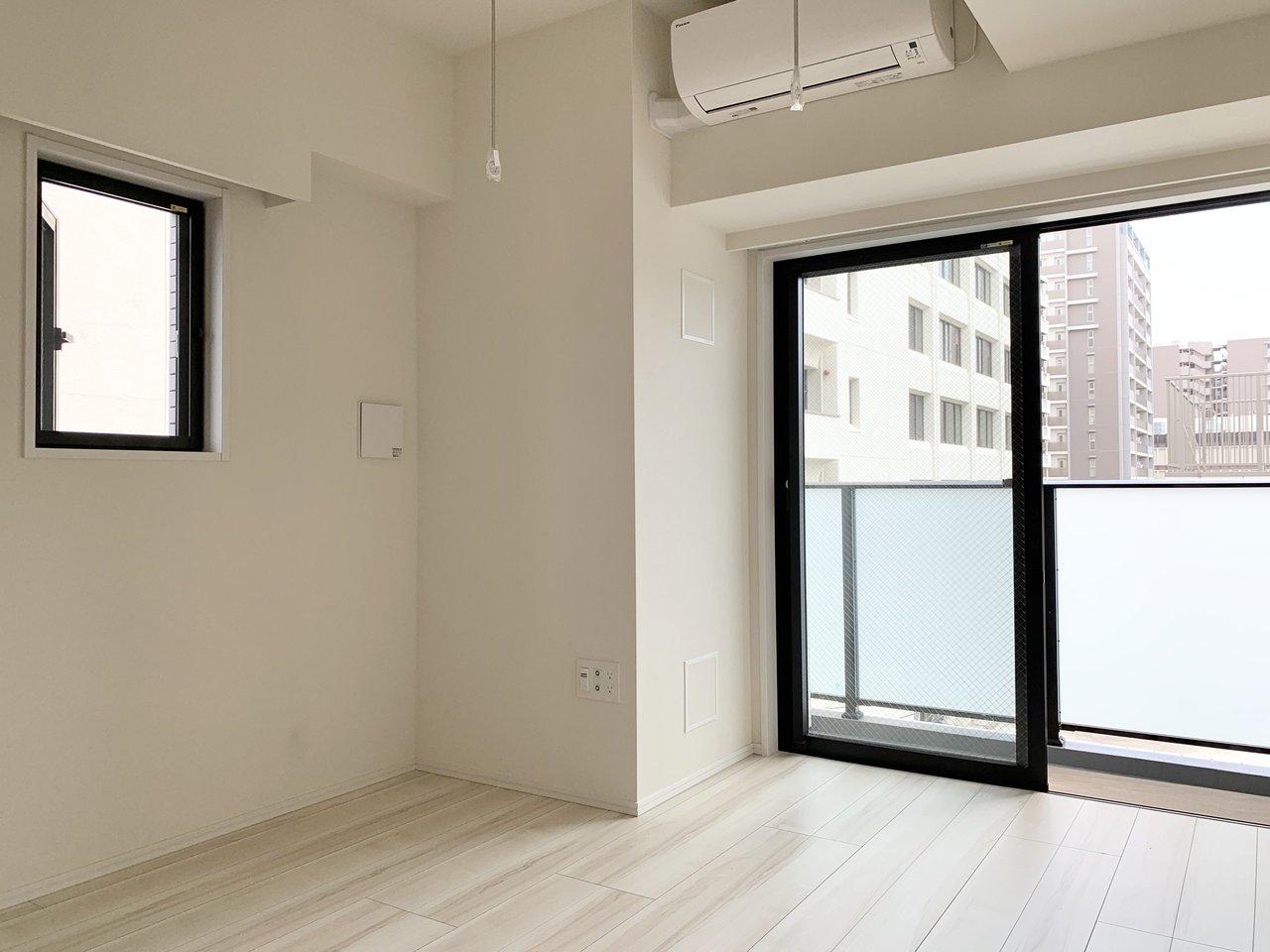 駅から徒歩1分の駅近&新築の1Kタイプのお部屋。白を基調としていてシンプルでクールな印象です。2面採光なので風通しも良さそう。