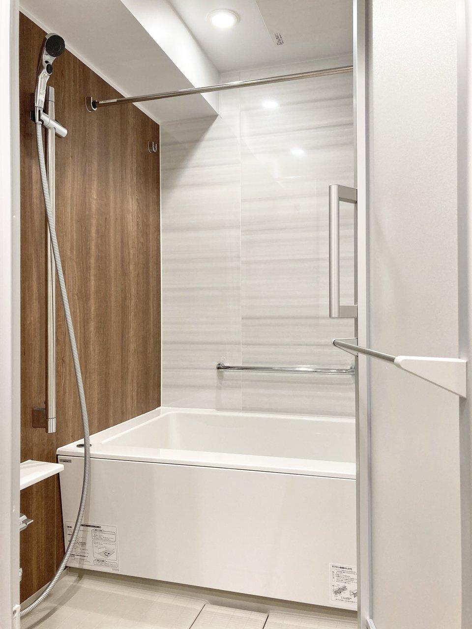 バスルームも横幅がありゆったりとした浴槽がありますよ。