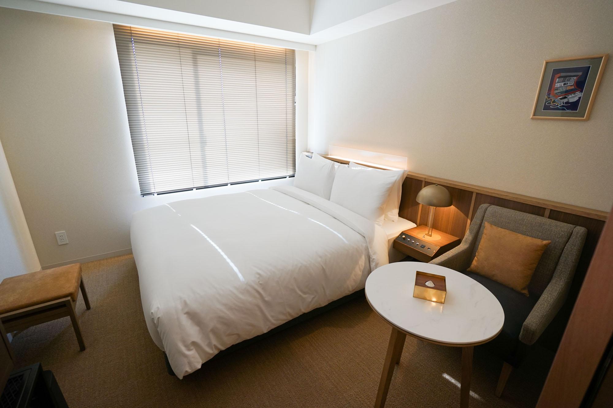 ノーガホテル秋葉原で、体験の核となるのは「音楽とアートと食」。客室内にも専用スピーカーが設置され、こだわった音響でくつろぎの時間を過ごせます。
