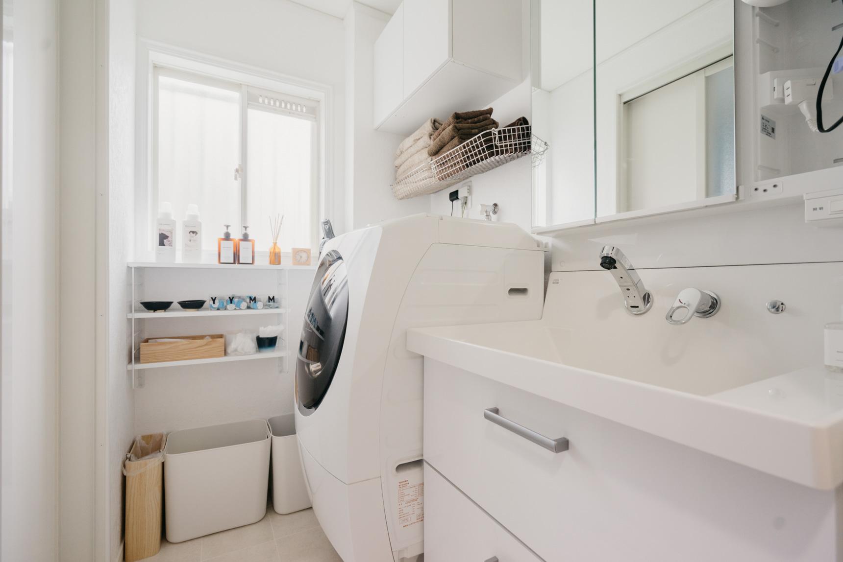 また下着類なども、少し離れた衣類収納場所には置かずに、あえて洗面台の下に収納。乾燥機を利用した後にすぐにしまえて手間がかからないだけでなく、お風呂からあがったらすぐに使用するため、ということ。動線をいかに短くするかを考えることも、散らからないポイントの一つのようです。