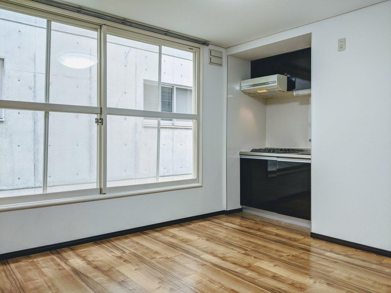 8畳のリビングに4畳の洋室。一人暮らしには生活しやすいお部屋です。リビングにある大きな窓が印象的。
