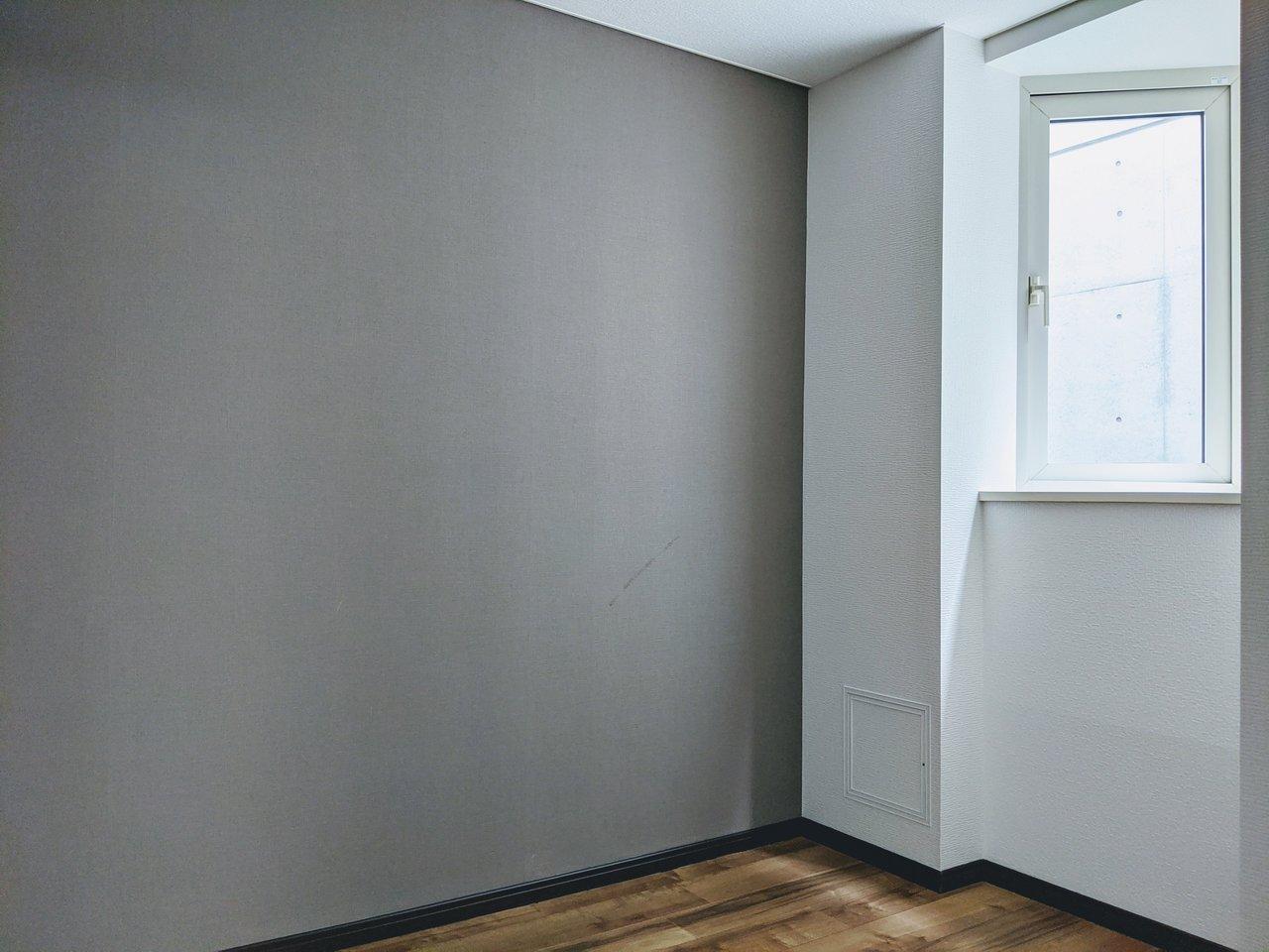4畳の洋室は寝室に。落ち着いた色味のアクセントクロスがいいですね。お部屋には三角の出窓もありました。植物を置いたり、雑貨を飾ったり。あなた好みに仕上げてください。