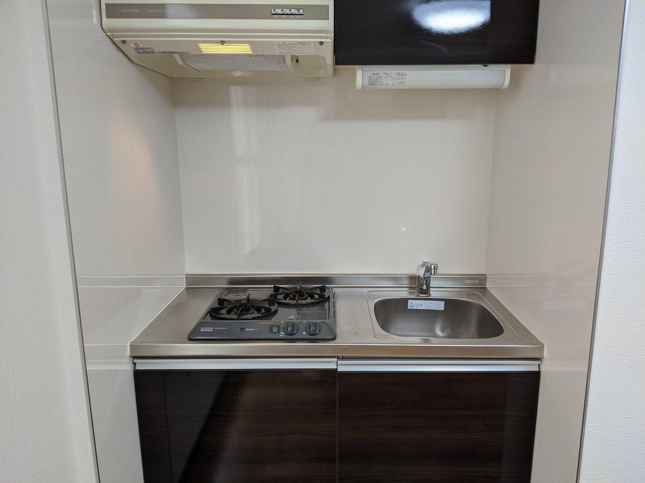 二口コンロ付きのシステムキッチンもありました。作業スペースが少なめなので、シンクにかけるラックのようなものがあると便利そうです。
