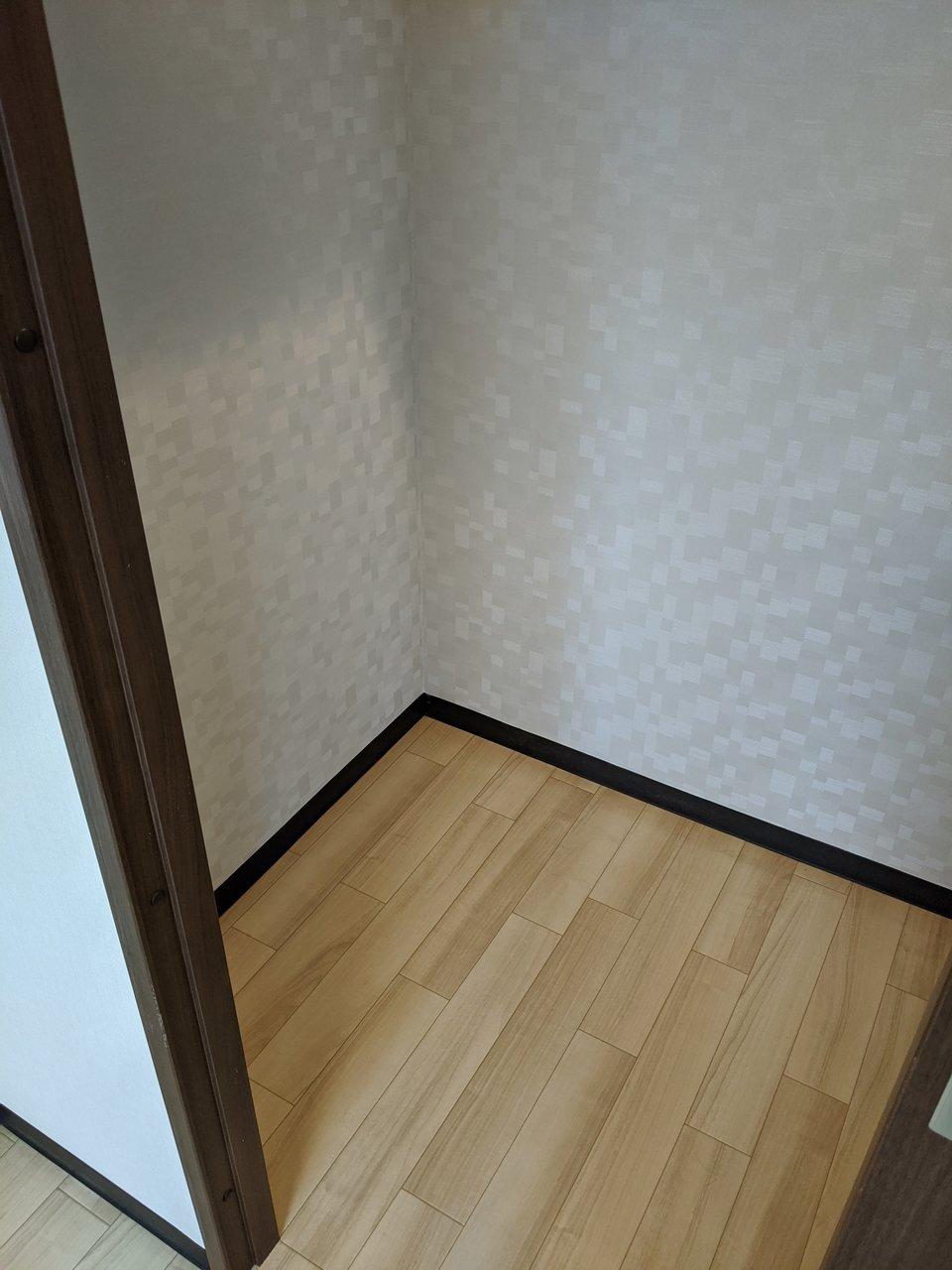 5畳の洋室には、ウォークインクローゼットが。上部には棚やハンガーパイプがあるので、とても収納がしやすくなっています。
