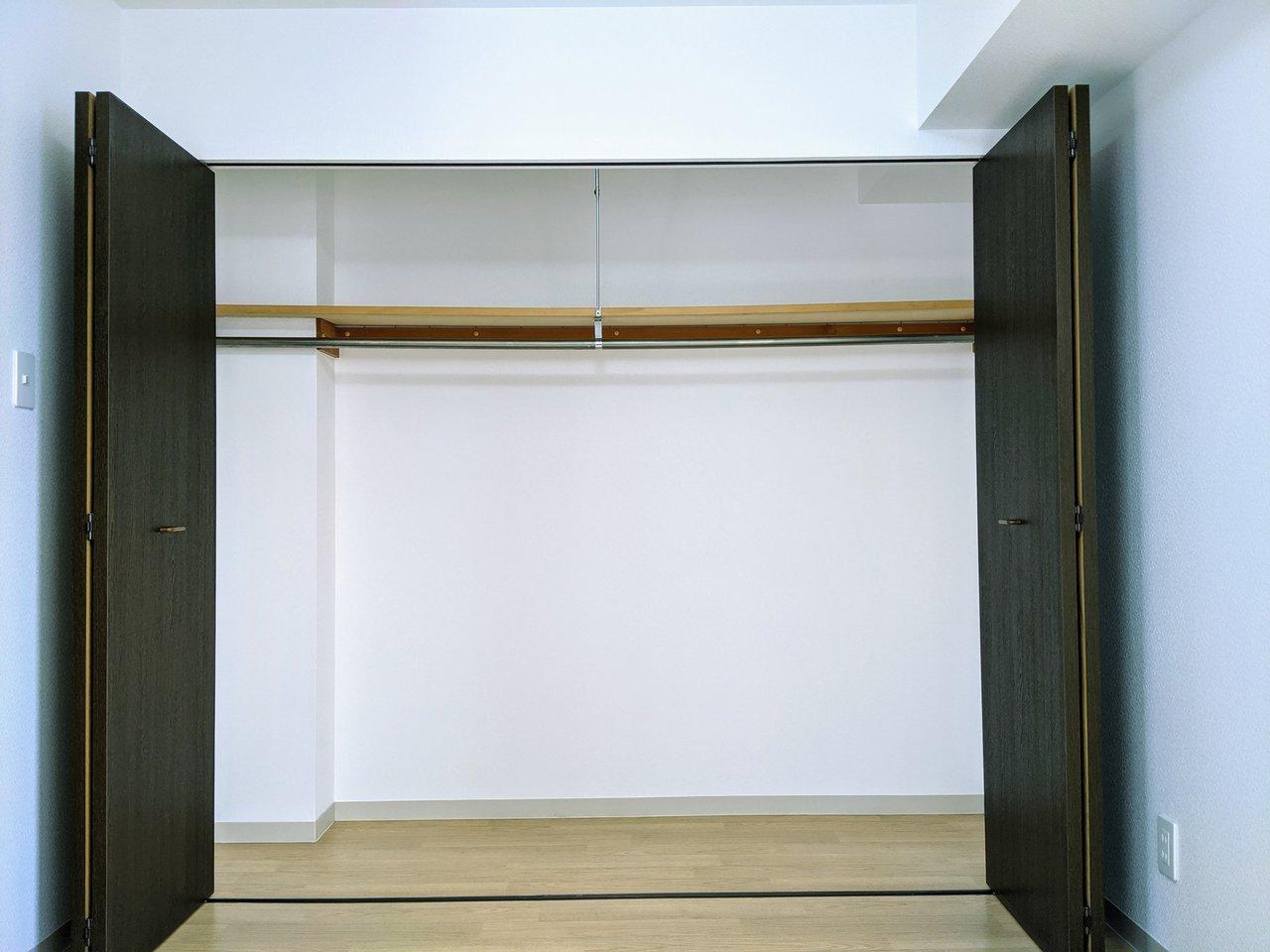 洋室にある収納スペースは、文句なしの大容量!普段使わないものはここにすべてしまって、できるだけシンプルに心地よくお部屋作りができたらいいですね。