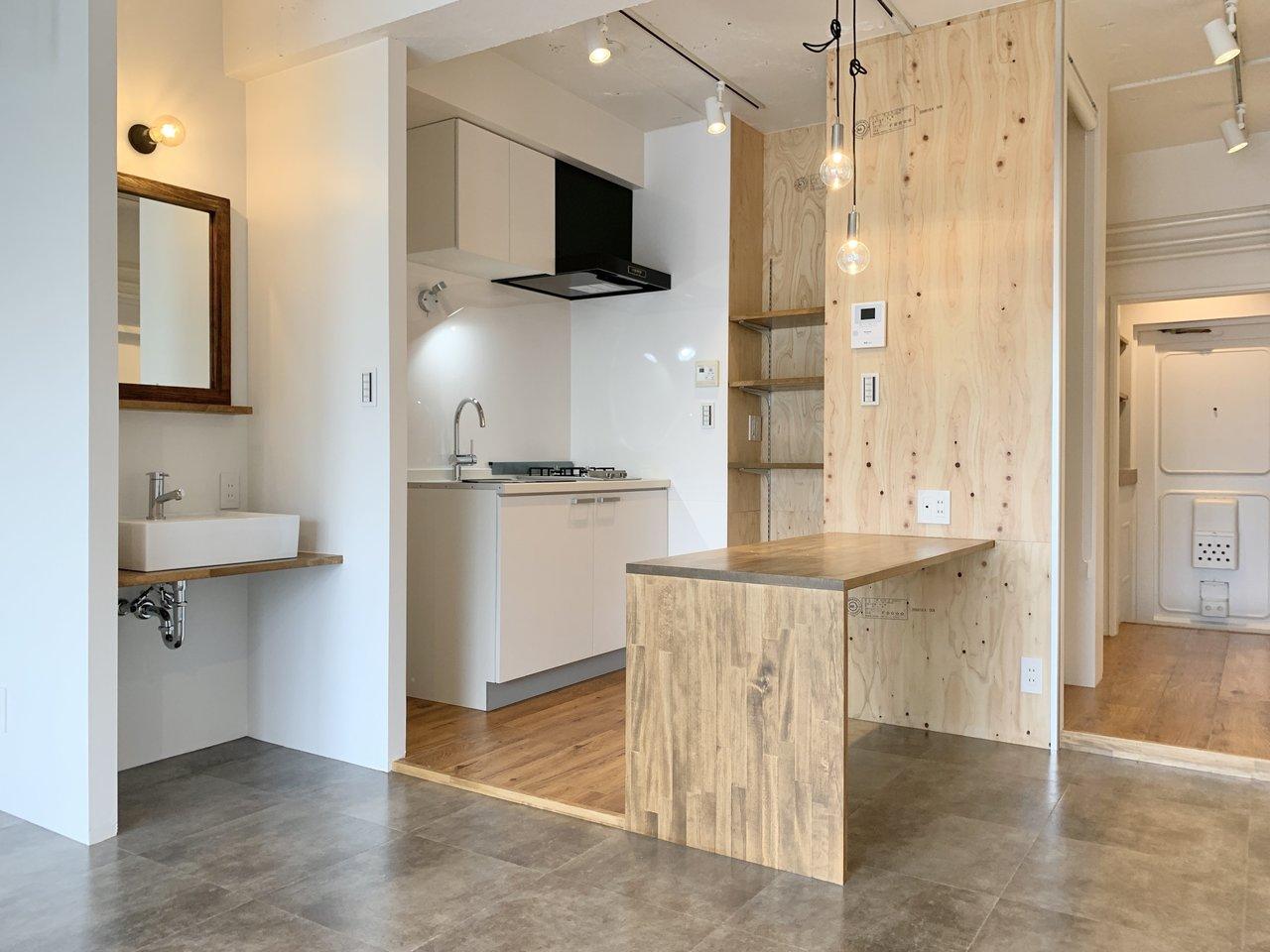 開放感のある11畳もある、広々ワンルーム。お部屋の中央にある、木でできたカウンターが印象的です。