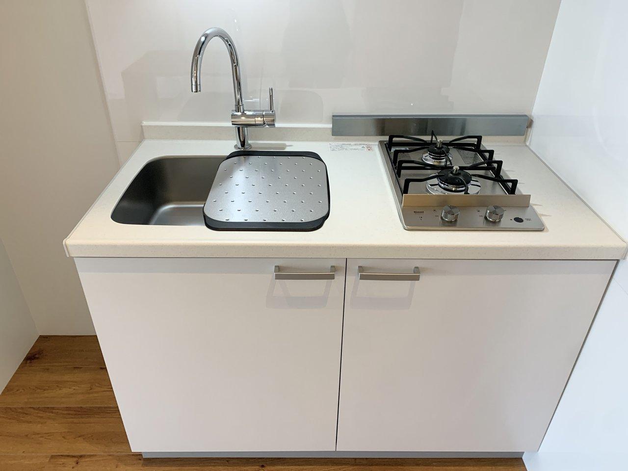 キッチンはコンパクトながら2口コンロ付き。シンクボードもついているので、お料理をする際に役立ちそうです。