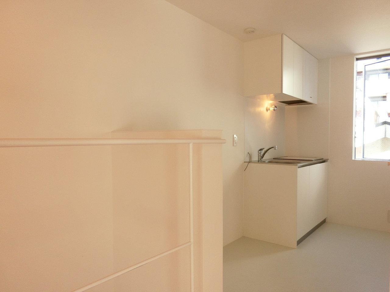 キッチン周りは白を基調としていて、シンプルな造りに。冷蔵庫スぺ―スもしっかりとられていて、全体的に広々とした空間です。