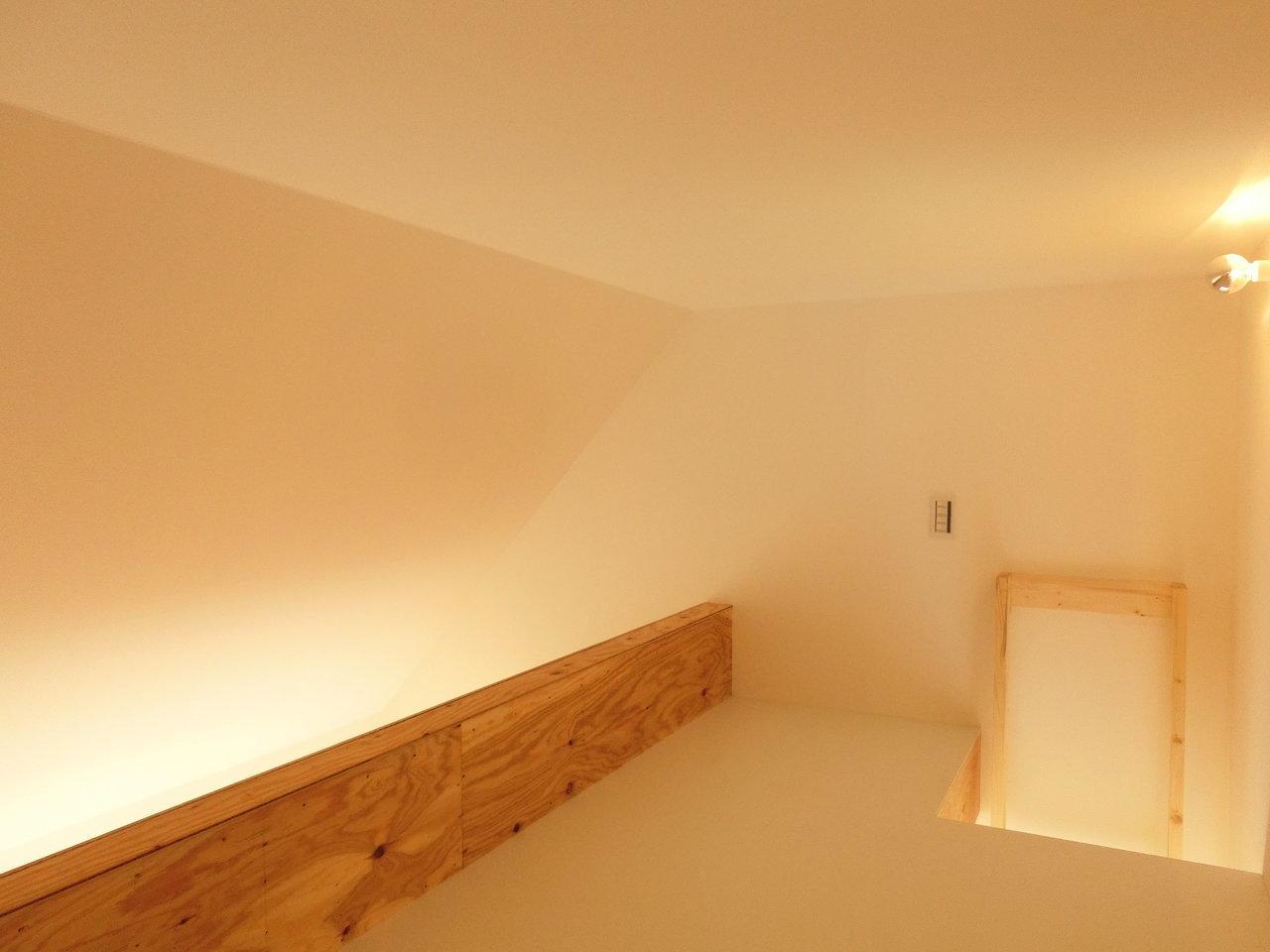 お部屋の端にあるはしごを上がると、ロフトがあります。本をたくさん置いて、寝室兼読書スペースにしたいなぁ。