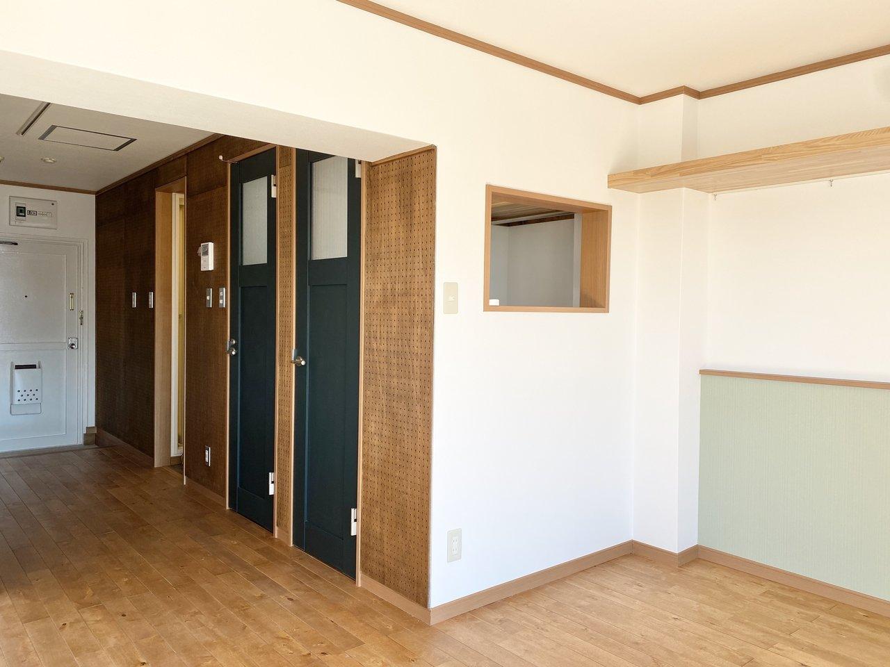 お部屋の中は随所に木の素材が感じられる、ワンルーム。扉の色あいも素敵です。木の壁に見える場所は有孔ボードになっているので、棚をつけて雑貨を飾ったりしましょう。
