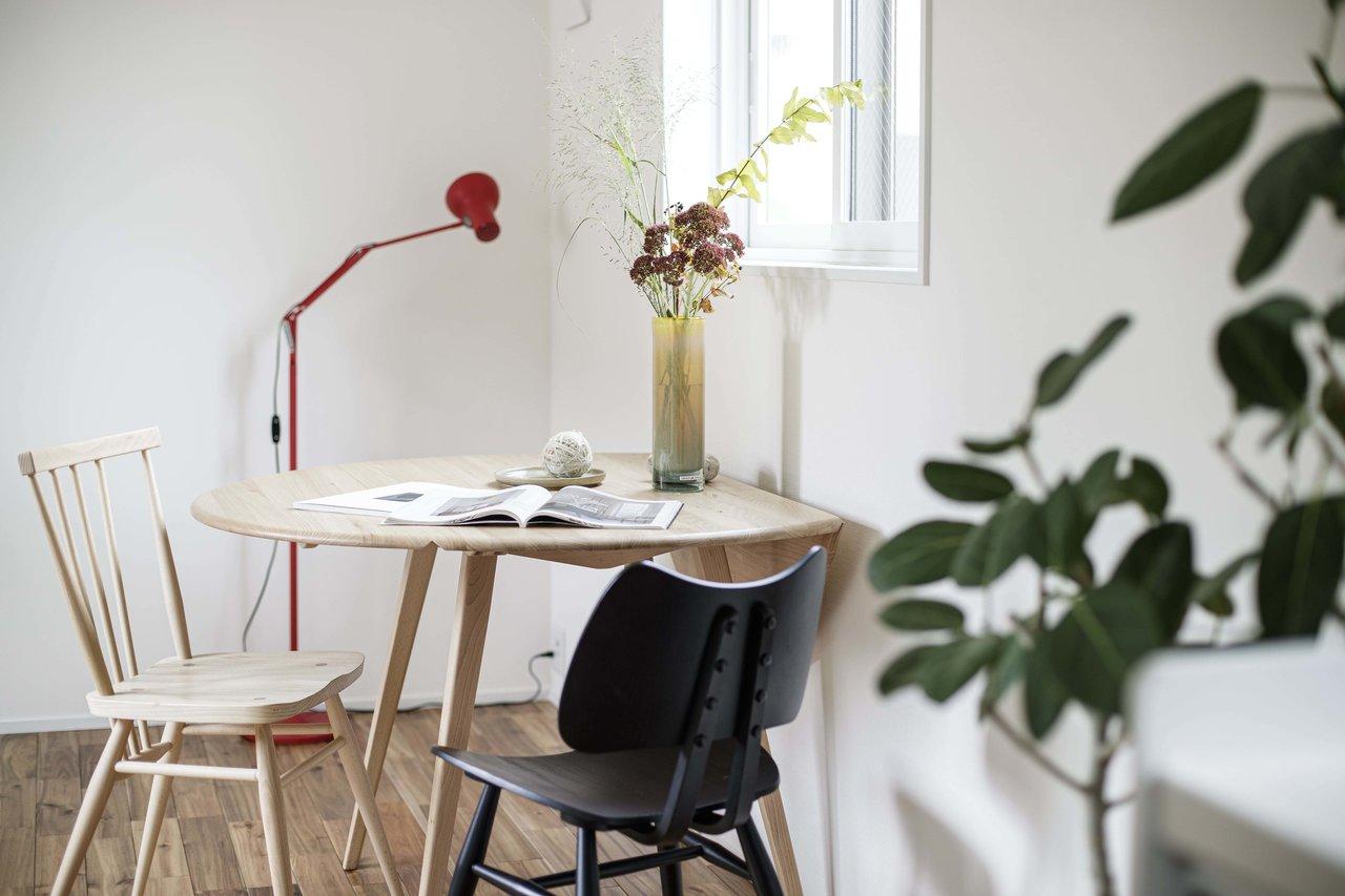 室内は2面採光になっています。日当たりの良い窓際に、こうしてダイニングテーブルを置いたら、気持ちよく朝の時間が過ごせそう。