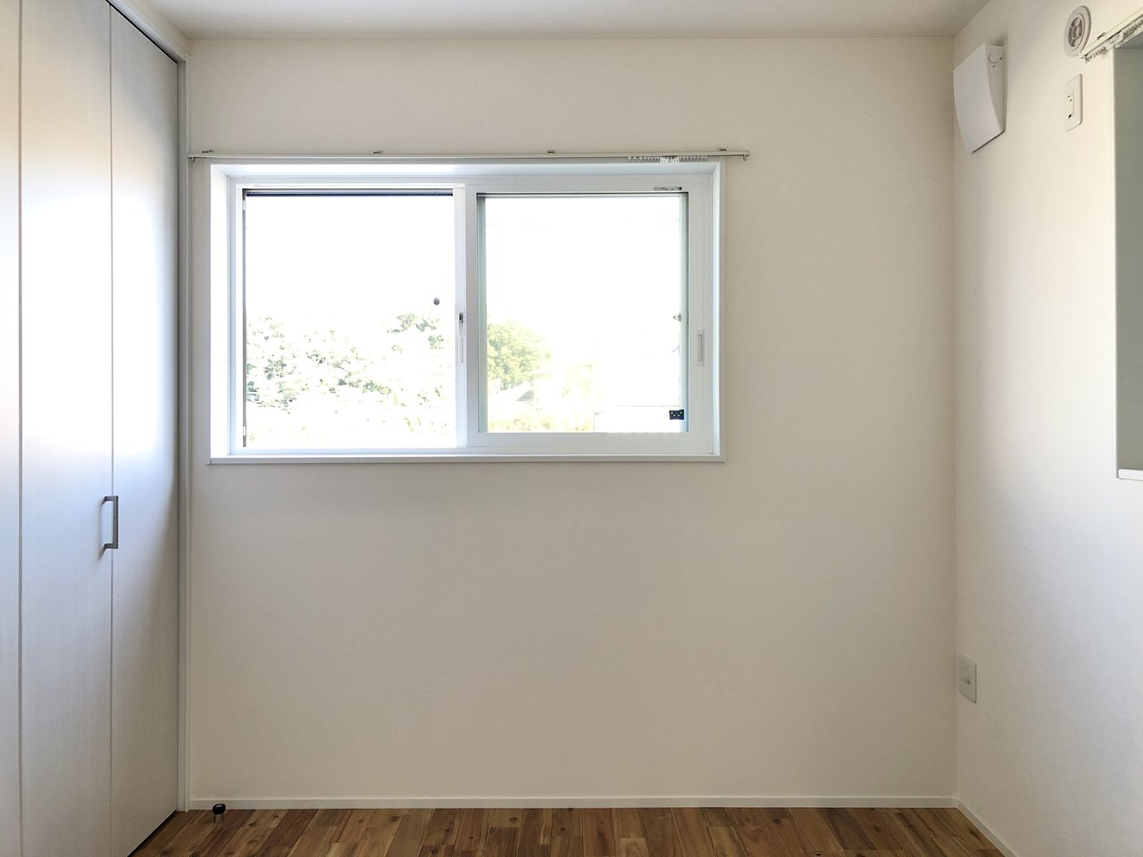 寝室となる洋室の窓は東向き。横幅の広いクローゼットがついています。