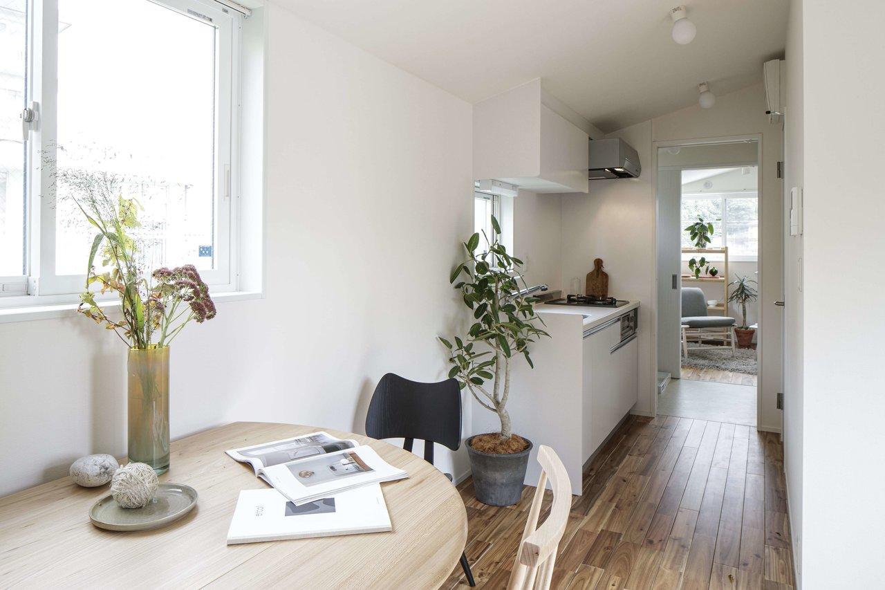 リビングダイニングと寝室が、キッチンスペースを通してつながっているタイプの1LDK物件です。