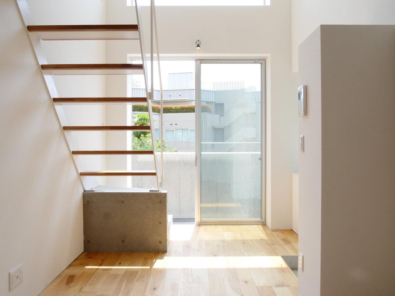 最後は憧れの代官山ライフが送れる1LDKのお部屋。階段がフロアをつなぐ、スキップフロアタイプのお部屋です。