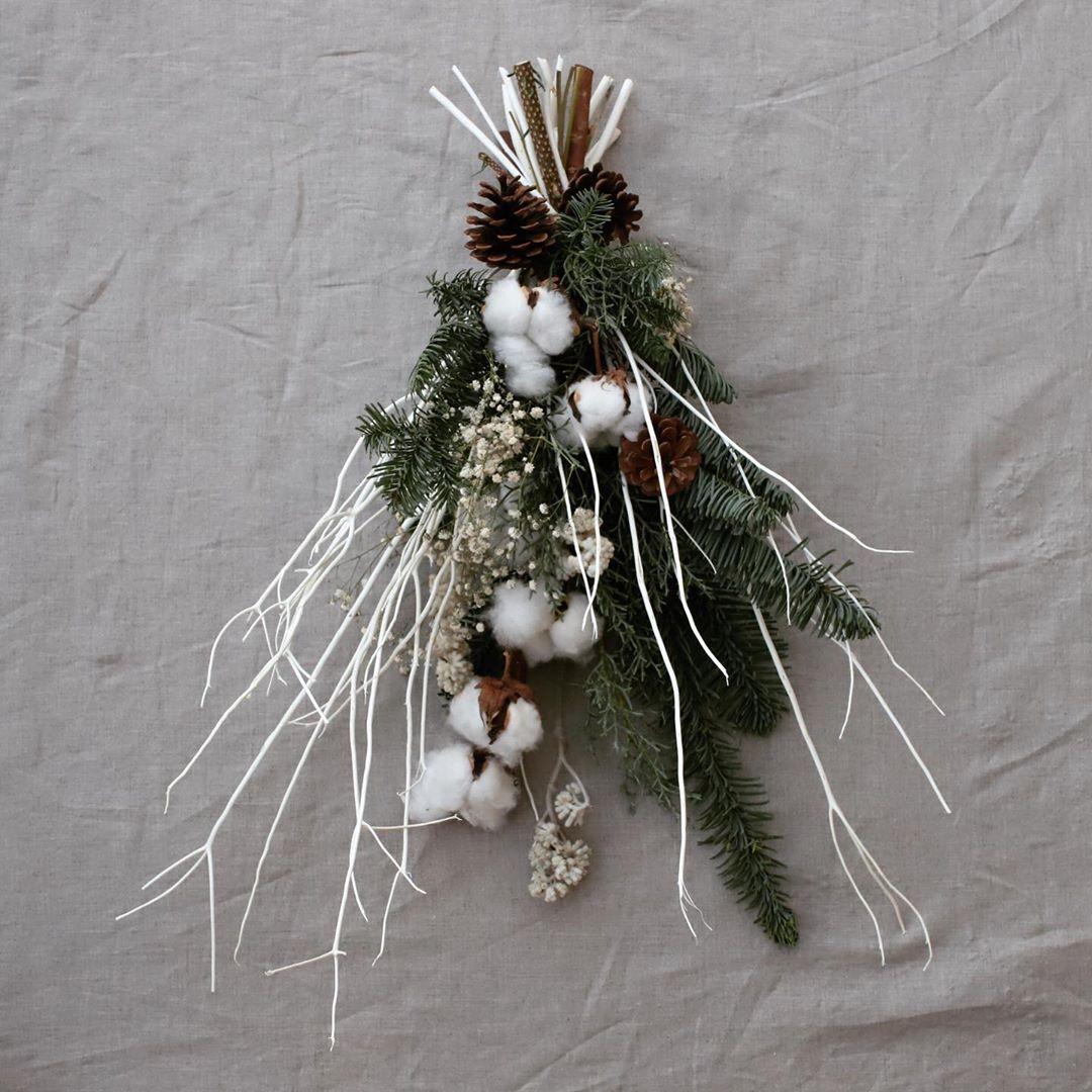 「モミ」と「コットンフラワー」を合わせたスワッグは、クリスマスに人気のスワッグ。壁や玄関にかけておくだけで、一気にクリスマス気分を感じられそうです。