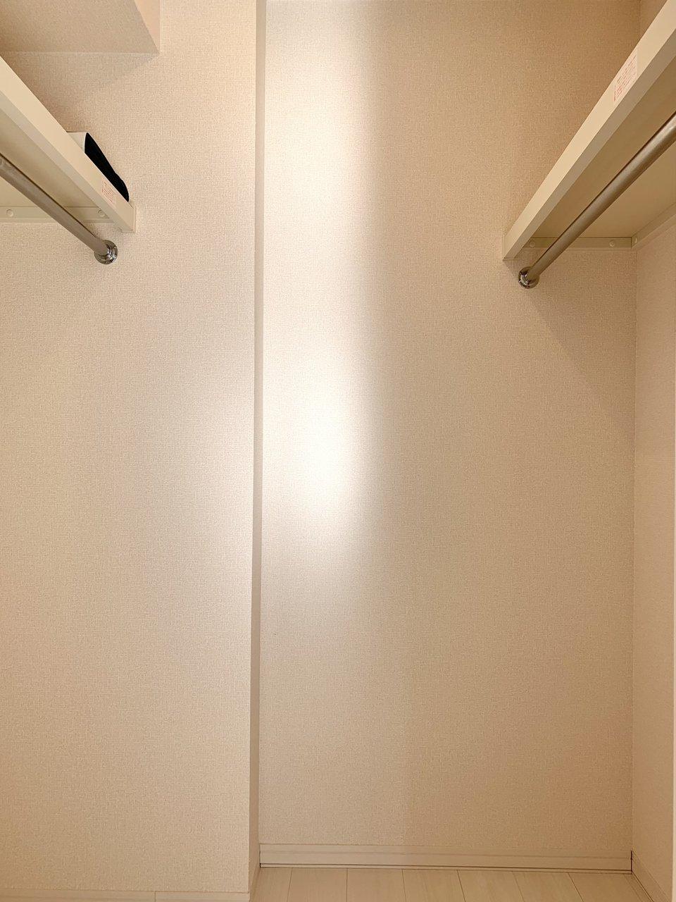 一人暮らしのお部屋ではなかなか見ないほどの、広々としたウォークインクローゼットがあります。できるだけ中に荷物を入れて、余計なものはリビングに出さないようにして、スッキリ暮らせそうです。