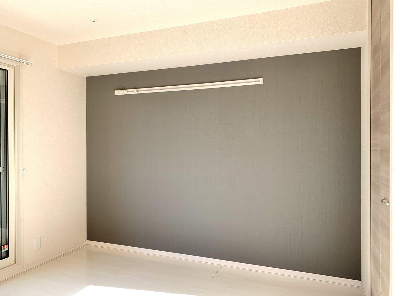 濃いグレーの壁紙が特徴的。ピクチャーレールもついているので、ポストカードや帽子を飾るなど、アレンジを加えてみてください。