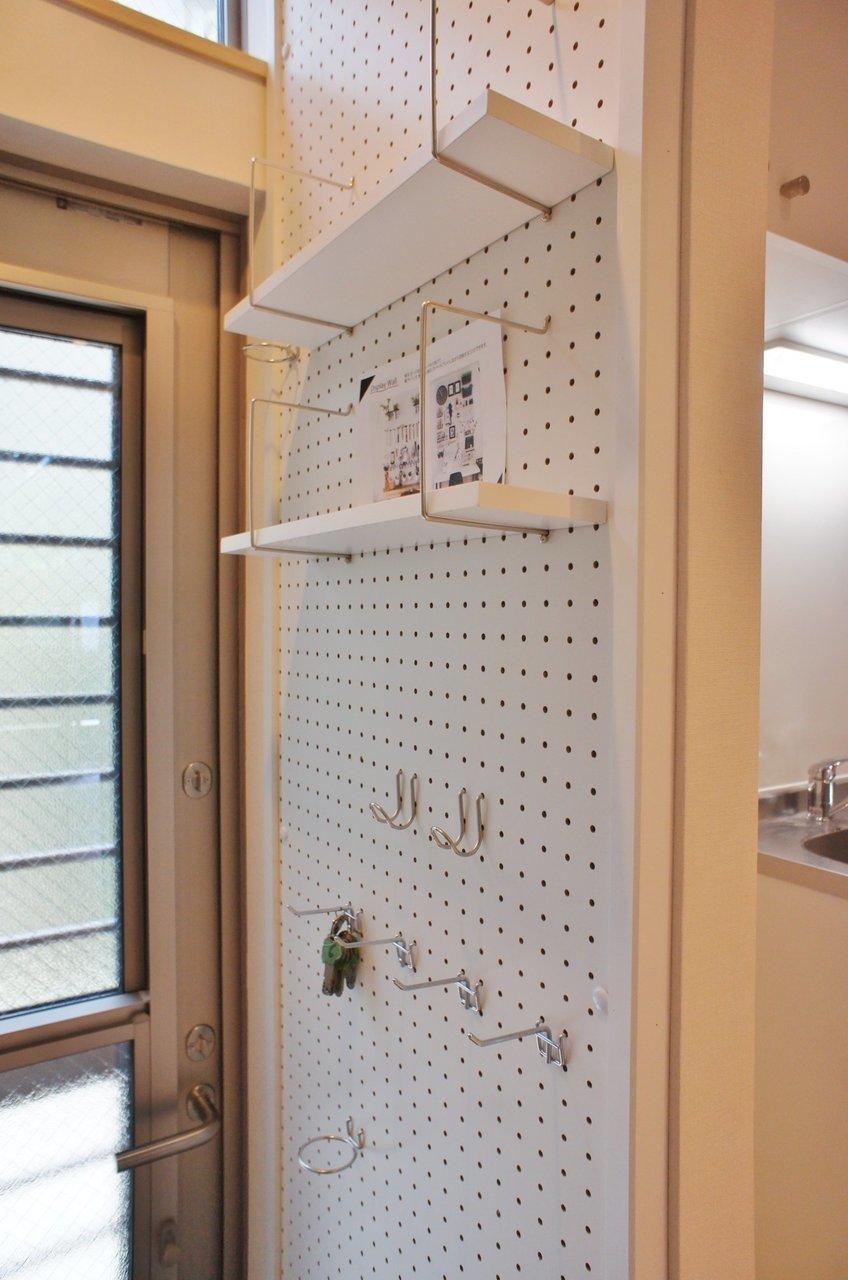 玄関の壁には有孔ボードが取り付けられています。鍵置き場を作ったり、スワッグなどを飾ったり。気持ちの良い空間を作ってみましょう。