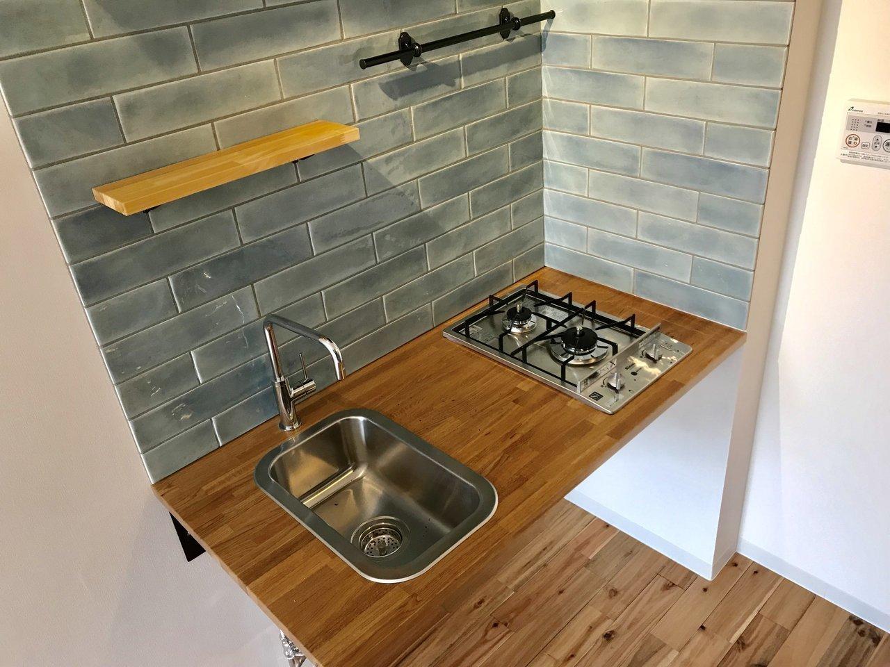 そしてキッチンの緑のタイルがとってもかわいいのもうれしい。収納スペースはないので、キッチン下に棚などを置いて代用しましょう。