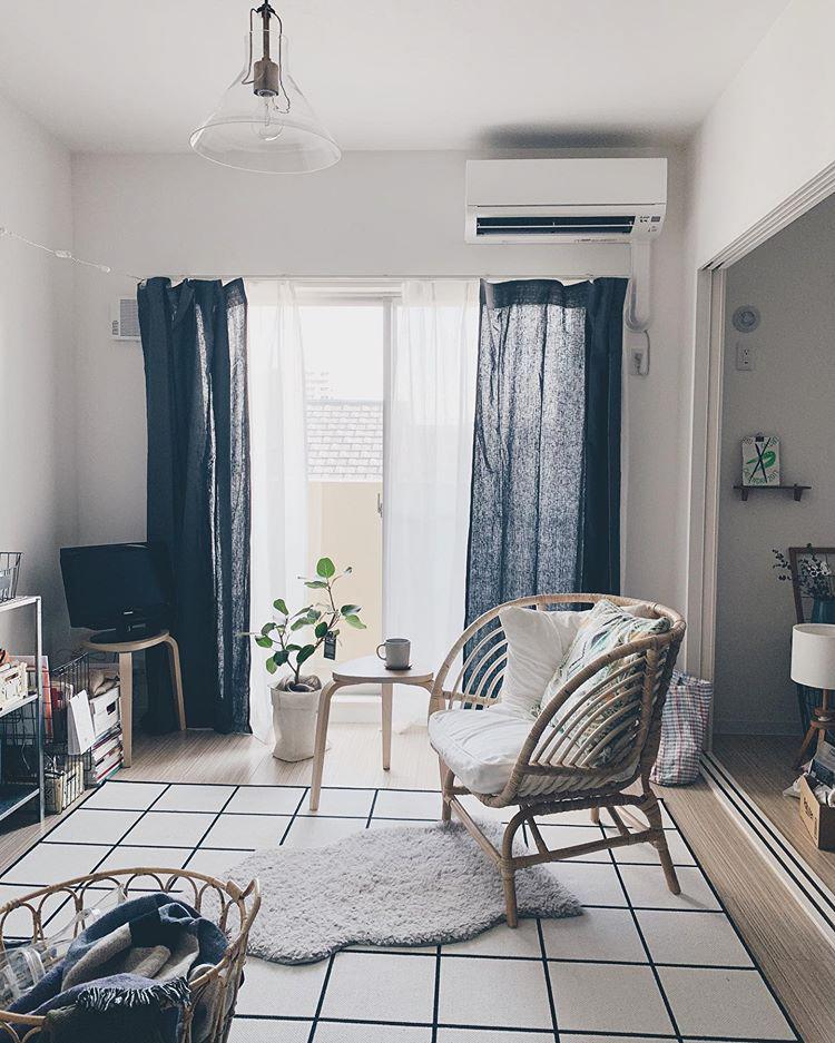 ソファを置かない分、思いっきり自分好みの一人掛けの椅子を選ぶのも楽しそう。こちらの方はIKEAのパーソナルチェアを愛用。籐でできているので温かみもありますね。IKEAはパーソナルチェアが豊富に取り扱われているので、まずはチェックしてみると良いかも。