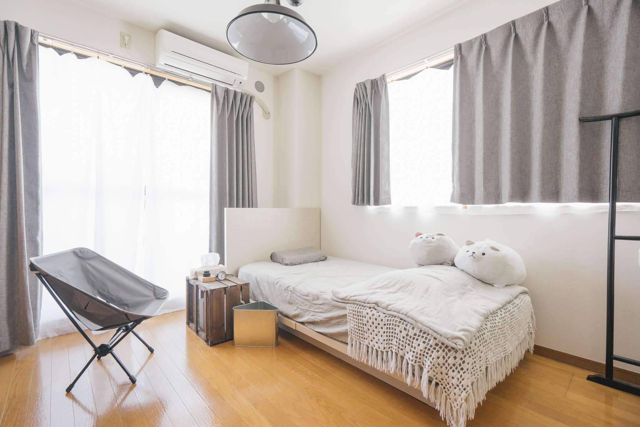 軽くて持ち運びに便利なアウトドアチェアは、ソファ代わりに便利な一品。こちらのお部屋にあるのは、キャンプ用のHelinoxのチェアです。ベッド以外に大きな家具がないので、お部屋がすっきりと見えますね。