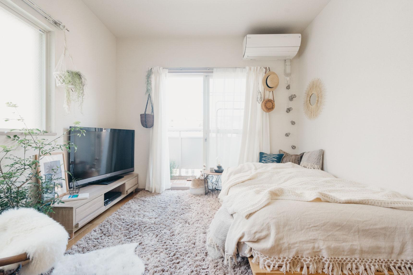 こちらはソファを置かない分、広さが確保できるということもあり、ベッドをセミダブルのもにしたそう。確かに、何が自分の生活に必要かを考えて取捨選択するということが大切なのだと気づかされます。