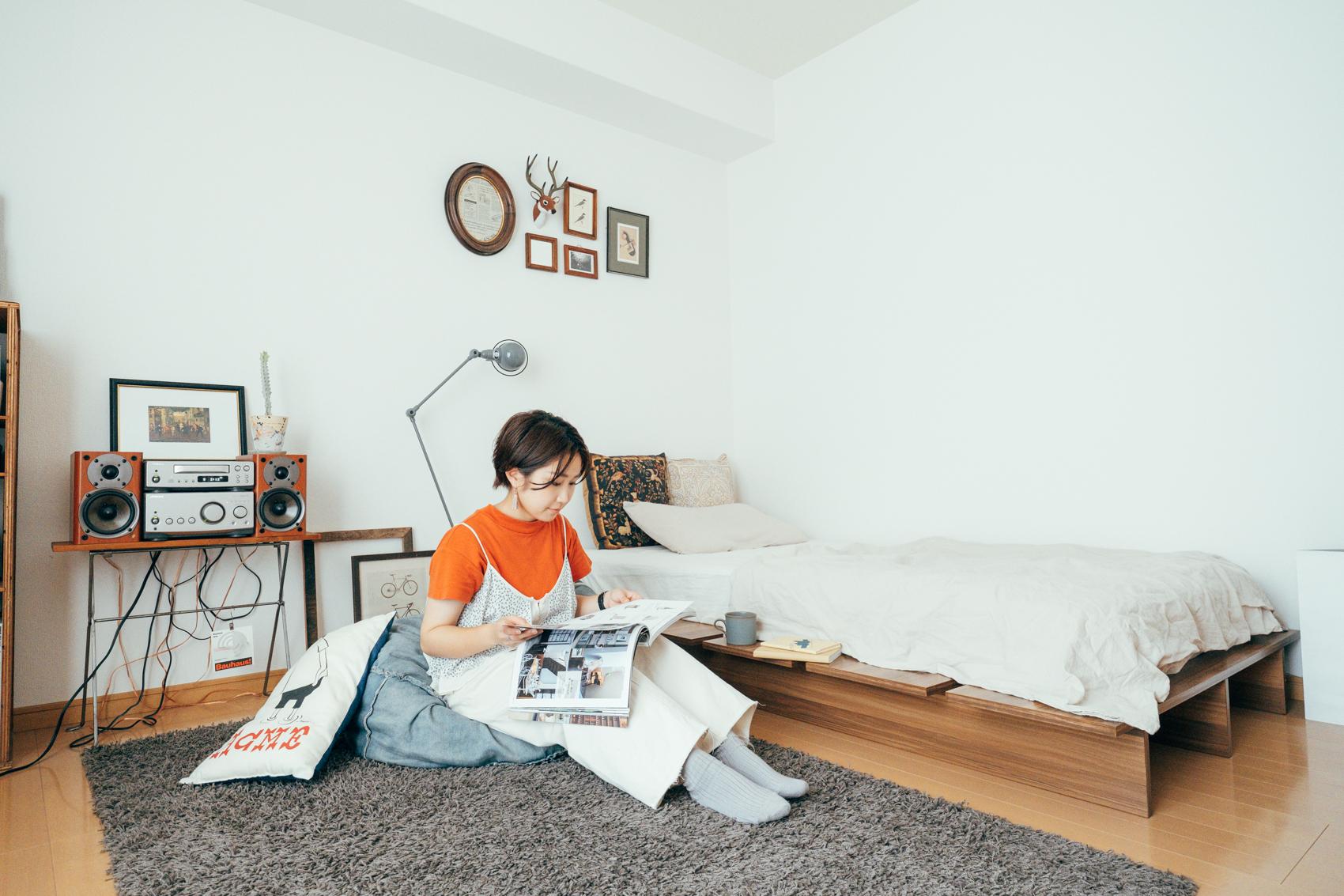 ローテーブルさえも置かず、ビーズクッションだけでくつろぎの空間を作っている方の事例。ベッド下の台を上手く活用して、コーヒーマグなどを置くスペースにしています。