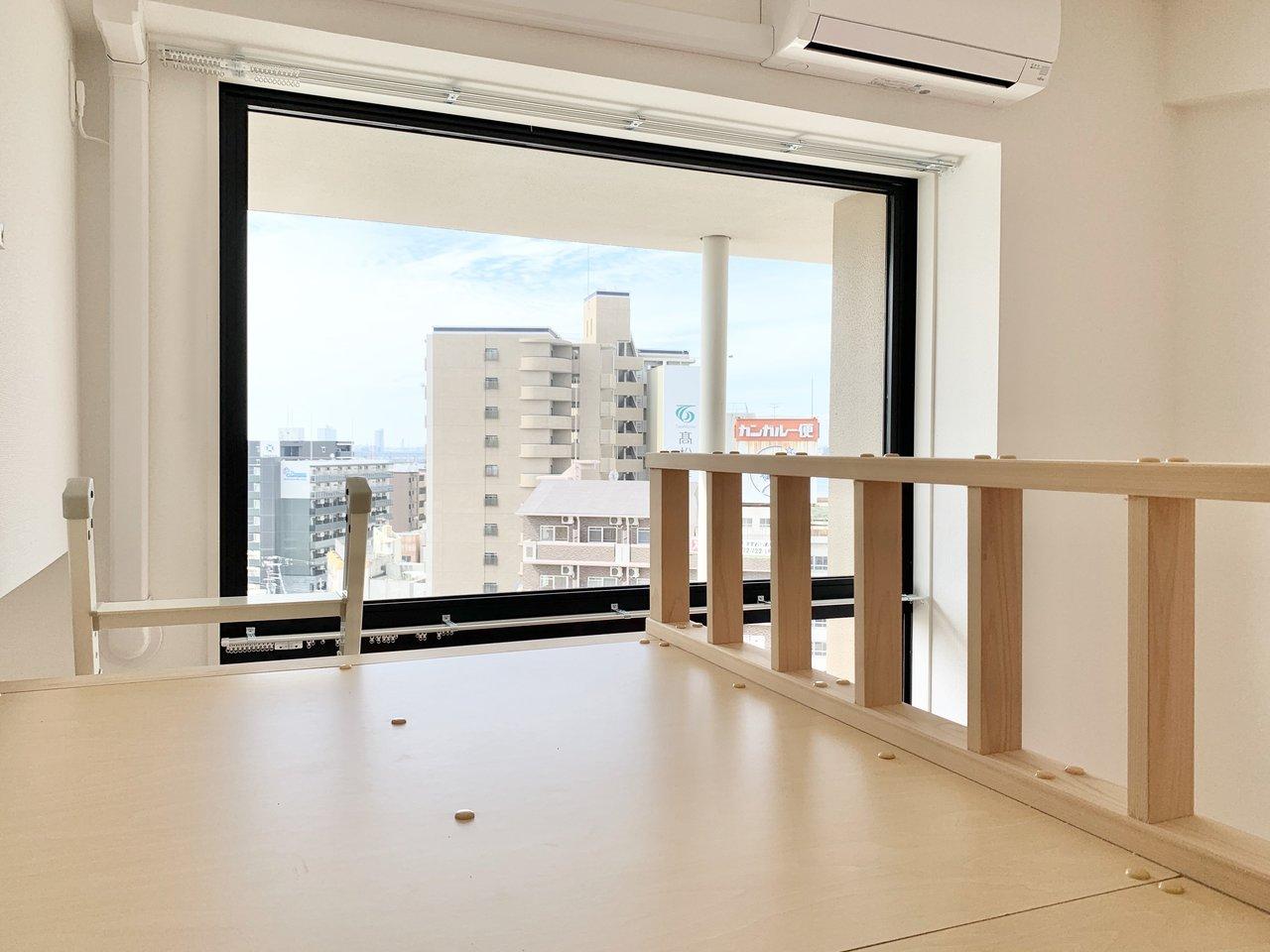 はしごを上がればロフトへと繋がっています。1階から続く大きな窓も見えて、天井も高く、とても開放的。マットレスを置いてそのまま寝室として使えます。