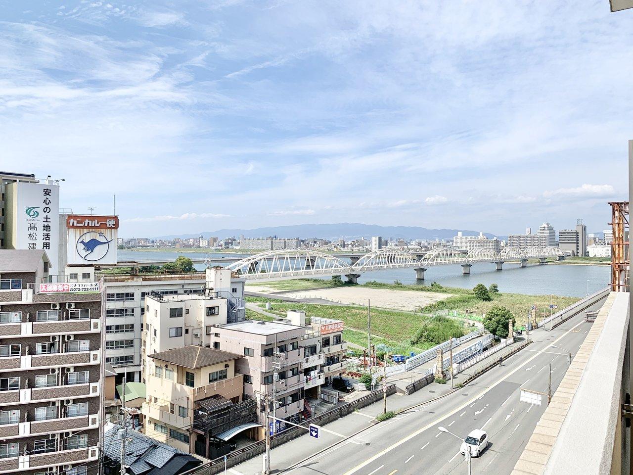 広いベランダからは、淀川がよく見えます。最上階なので視界も高く、気持ちがいい!