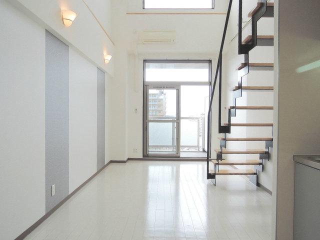 玄関を開けると、11畳超えのリビングが広がります。全体的に白とグレーを基調とした落ち着いた雰囲気のお部屋です。