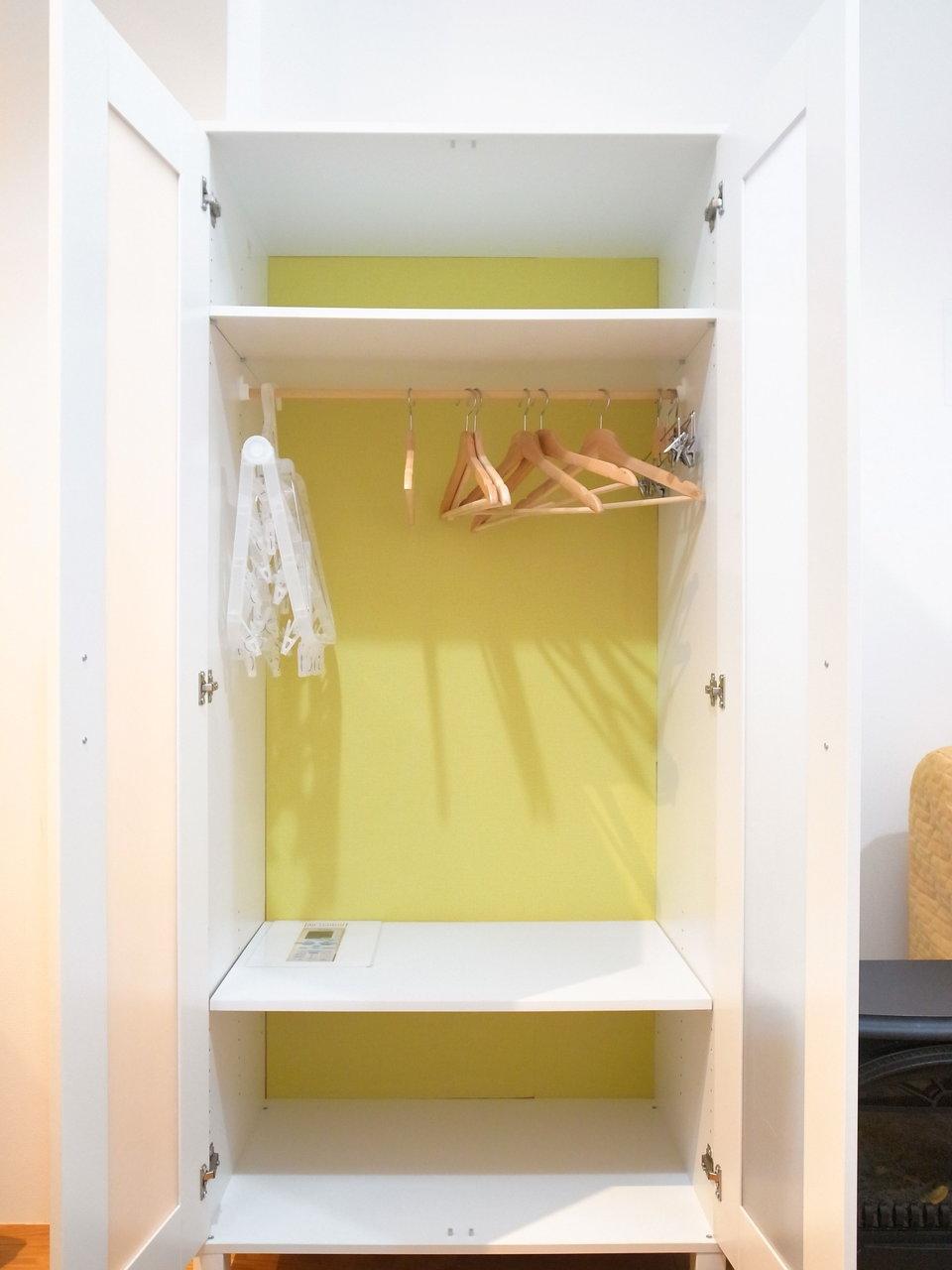 クローゼットの中は遊び心のある、ビタミンカラーの壁紙が。毎回開けるたびに元気をもらえそう。