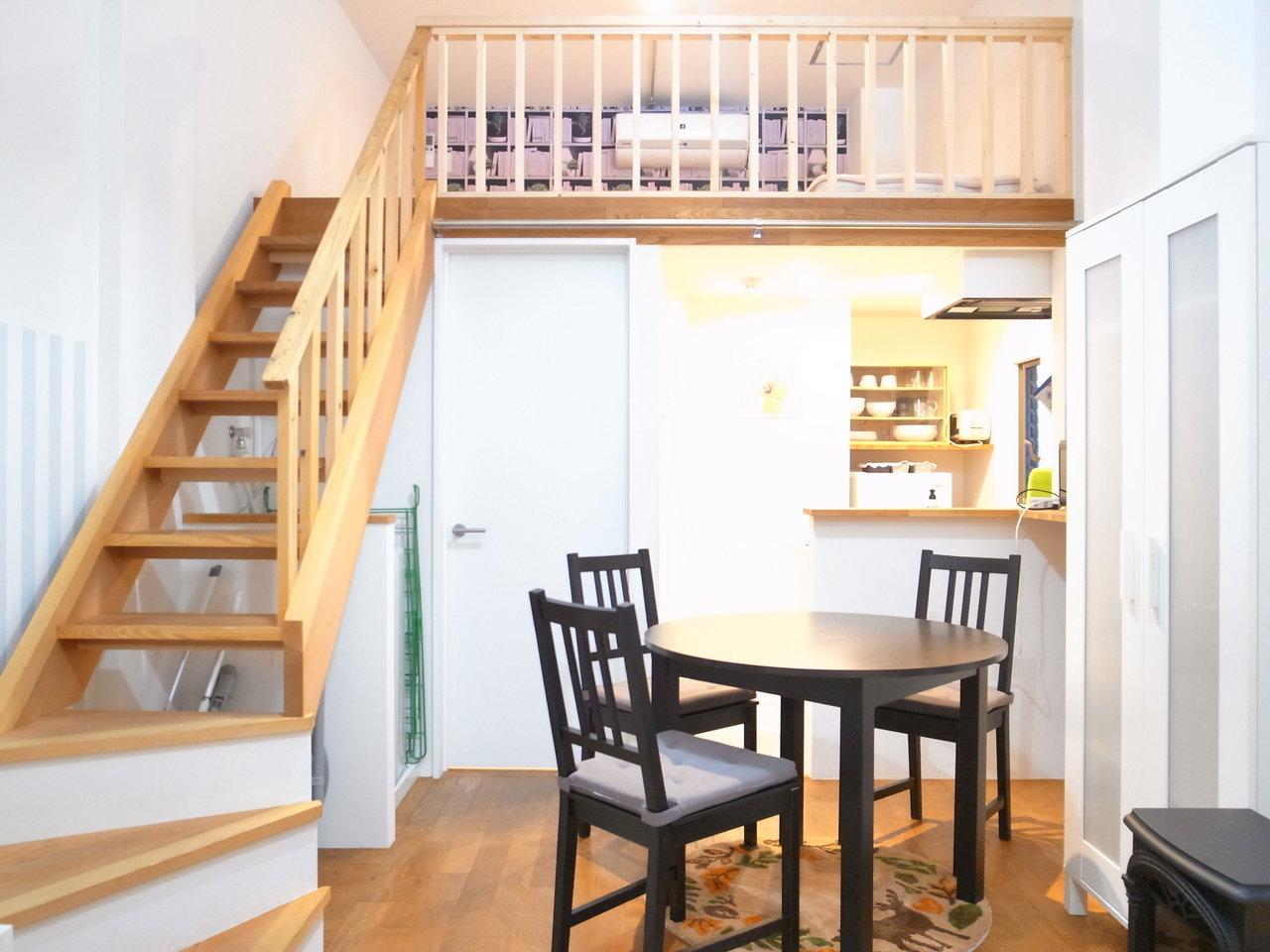 木製の階段が優しい印象の、1Kタイプのお部屋。8畳のリビングには、様々なインテリアを配置することができそう。