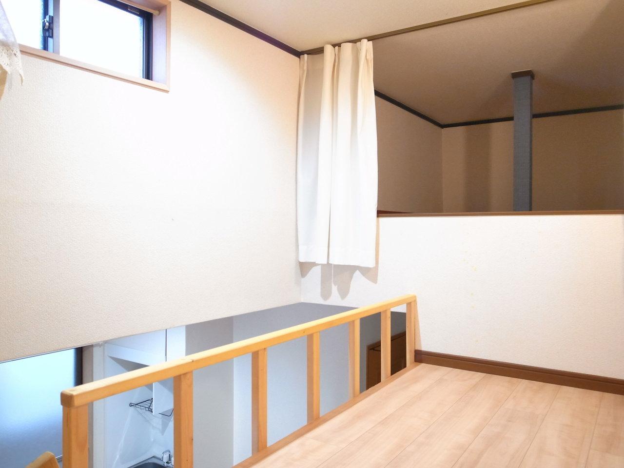 ロフトは150cm程の高さがあります。天井部に小さな窓があるので、光は入ってきますね。