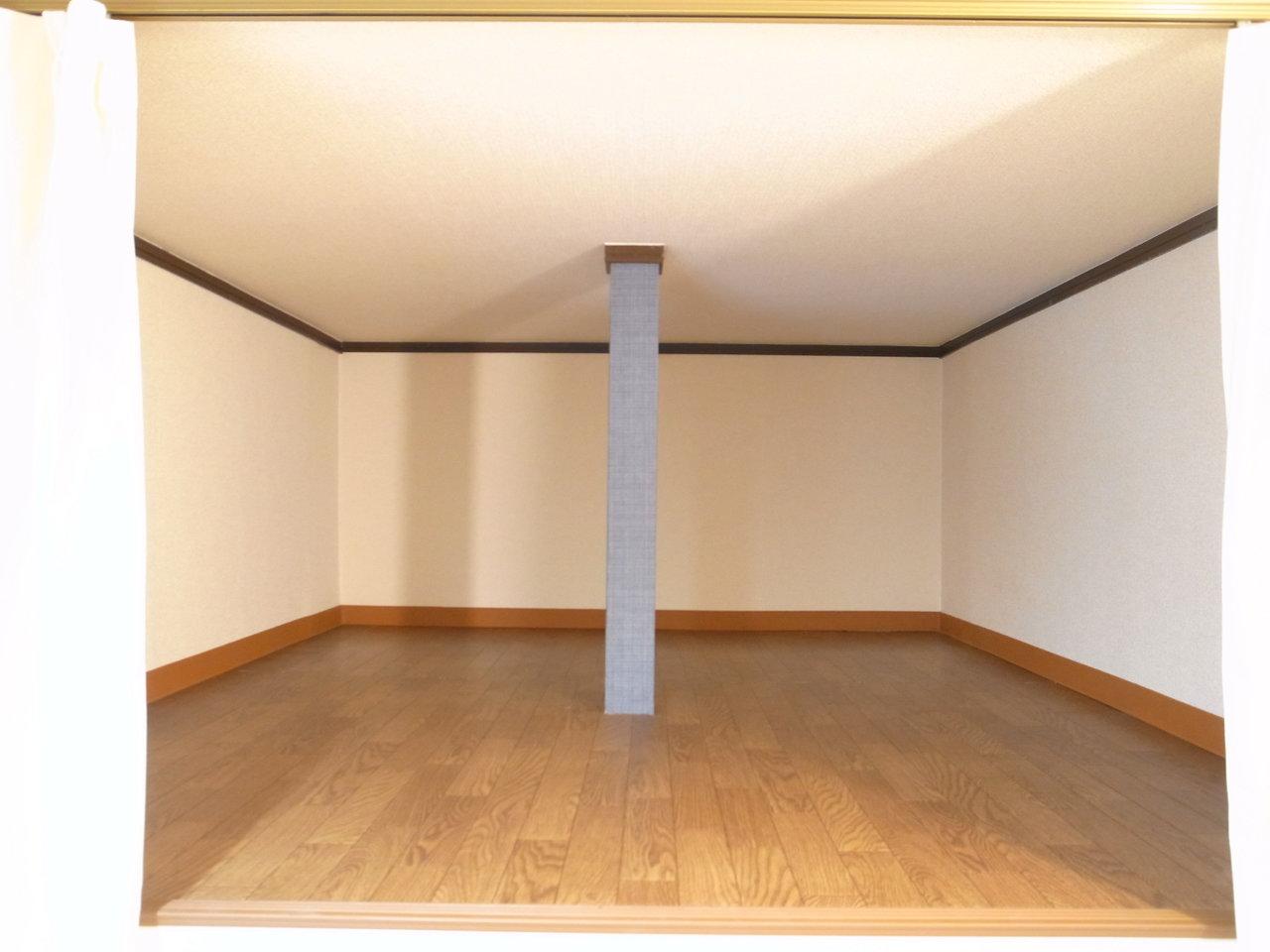 ロフト奥には1段上がったところに収納スペースが。大型の家電なんかも悠々と入りそう。