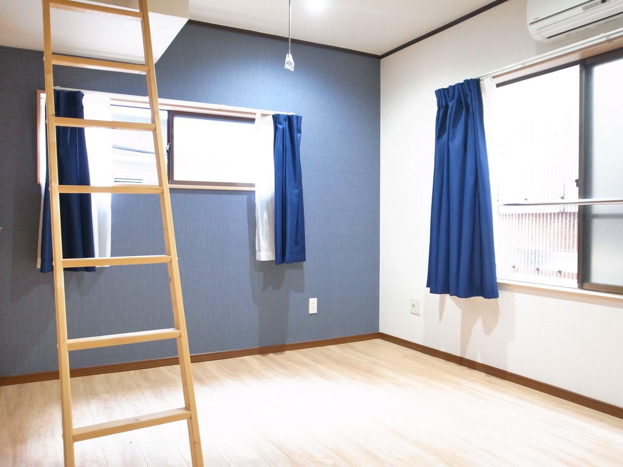 ブルーの壁紙が印象的な、ロフト付きのお部屋。リビング部分は6畳とややコンパクトなので、その分ロフトを使いこなしましょう。