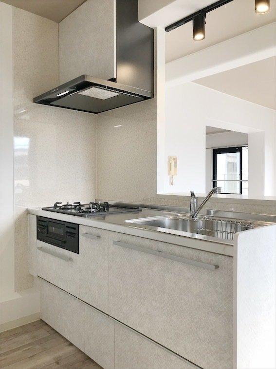 カウンタータイプのキッチンは、広々としていて使い勝手が良さそう。カウンター上にあるライトも素敵。
