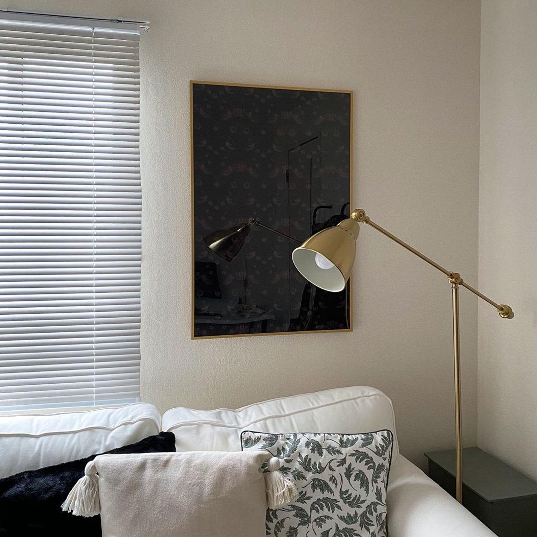 クッションカバーはH&M、ゴールドのフロアライトはIKEAで購入。「夜は天井の照明はつけず、このライトだけで過ごしています。ソファで本を読む時間は、とってもチルです」