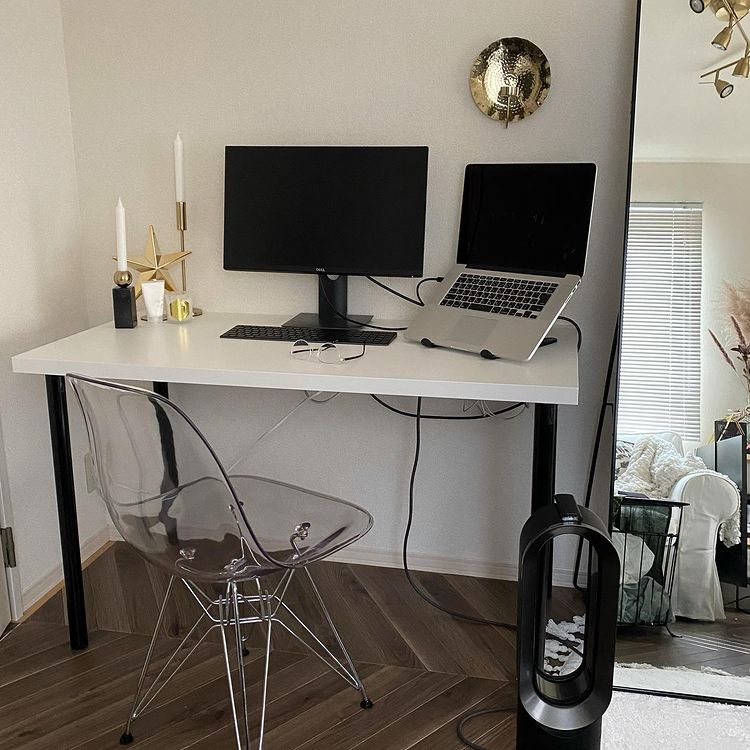 在宅ワークが増えたことから、IKEAで購入したテーブルと楽天で購入したチェアでワークスペースもつくりました。こちらのスペースも、モノトーンのデスクに透明&シルバーのチェアが良いバランス。