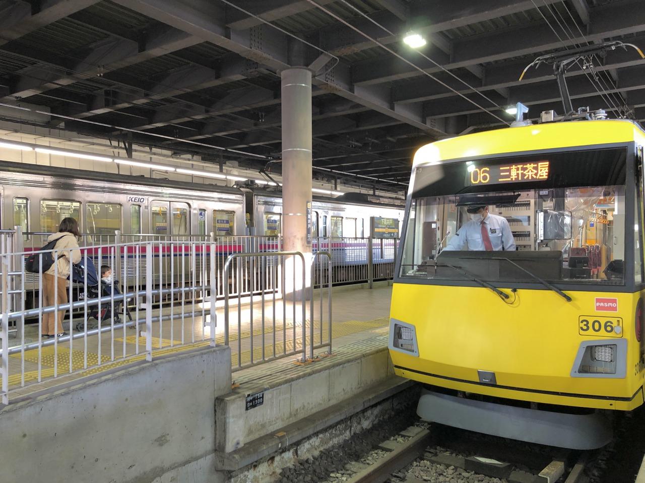 下高井戸駅構内の様子。黄色の車両が世田谷線で、京王線はお隣を走っています(改札、ホームは別々です)。