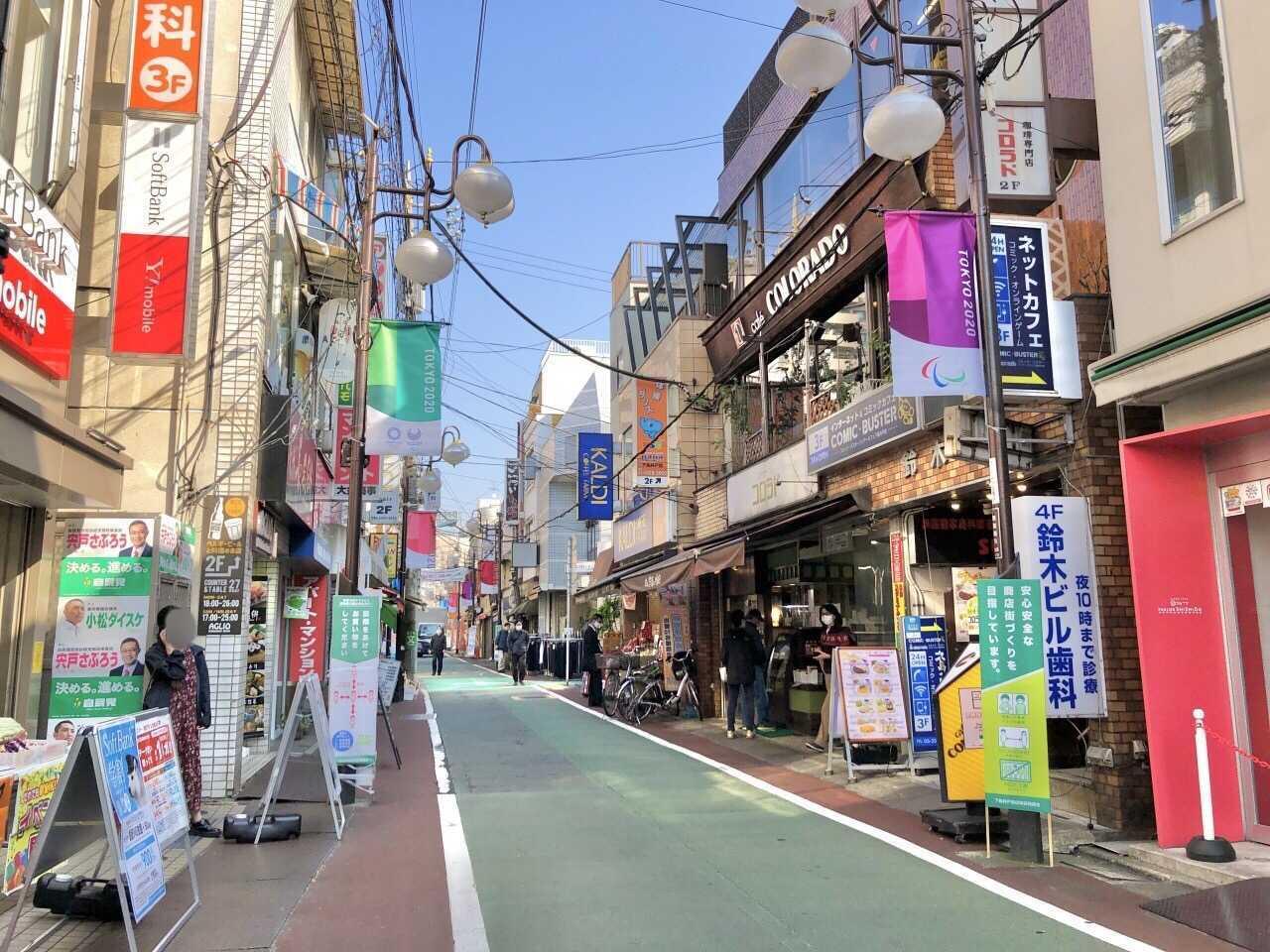 こちらは大通り。下高井戸駅とお隣の桜上水駅の周辺には小学校から大学までが揃っていて、子どもから大人まで多くの人が行き交います。