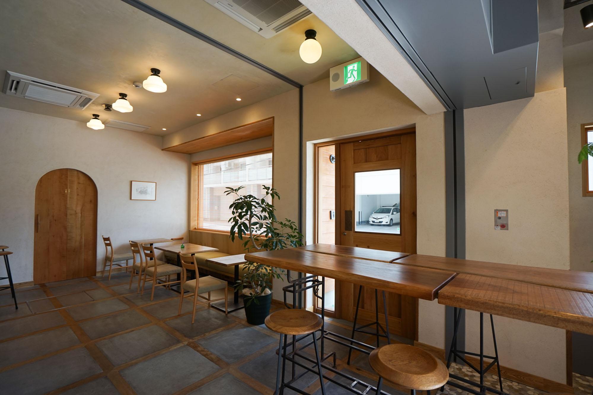 1階のラウンジは7時~23時までオープン。コンセントの設置された席もあり、仕事もできます。