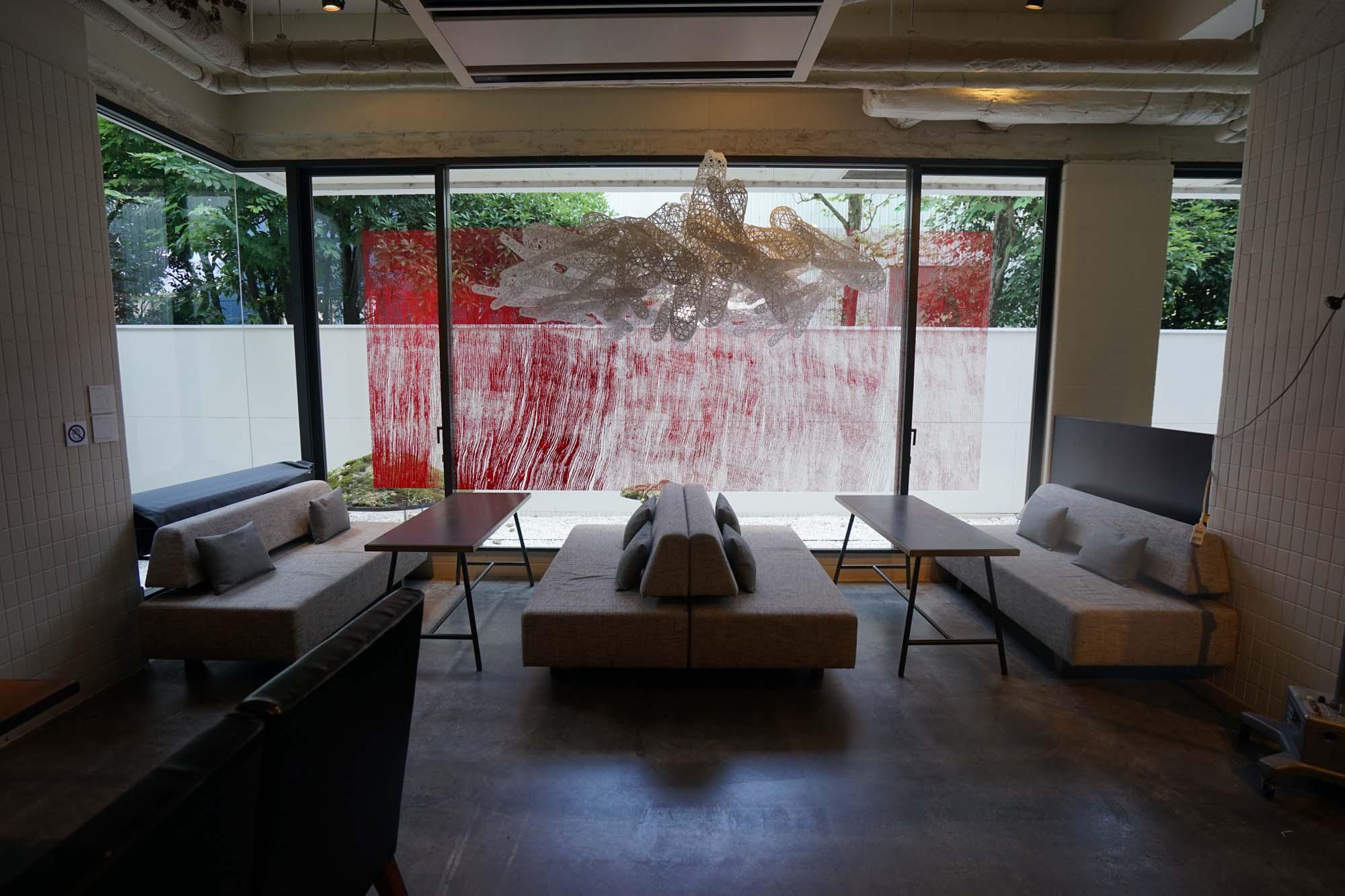 1階にアートギャラリーが併設され、客室内にも作品のあるアートなホテル、アンテルーム京都。1階ロビーの隣にある開放的な「ANTEROOM BAR」は、20時〜25時までがバータイム。それ以外の時間も開放されていて、コワーキングスペースとして使用が可能です。