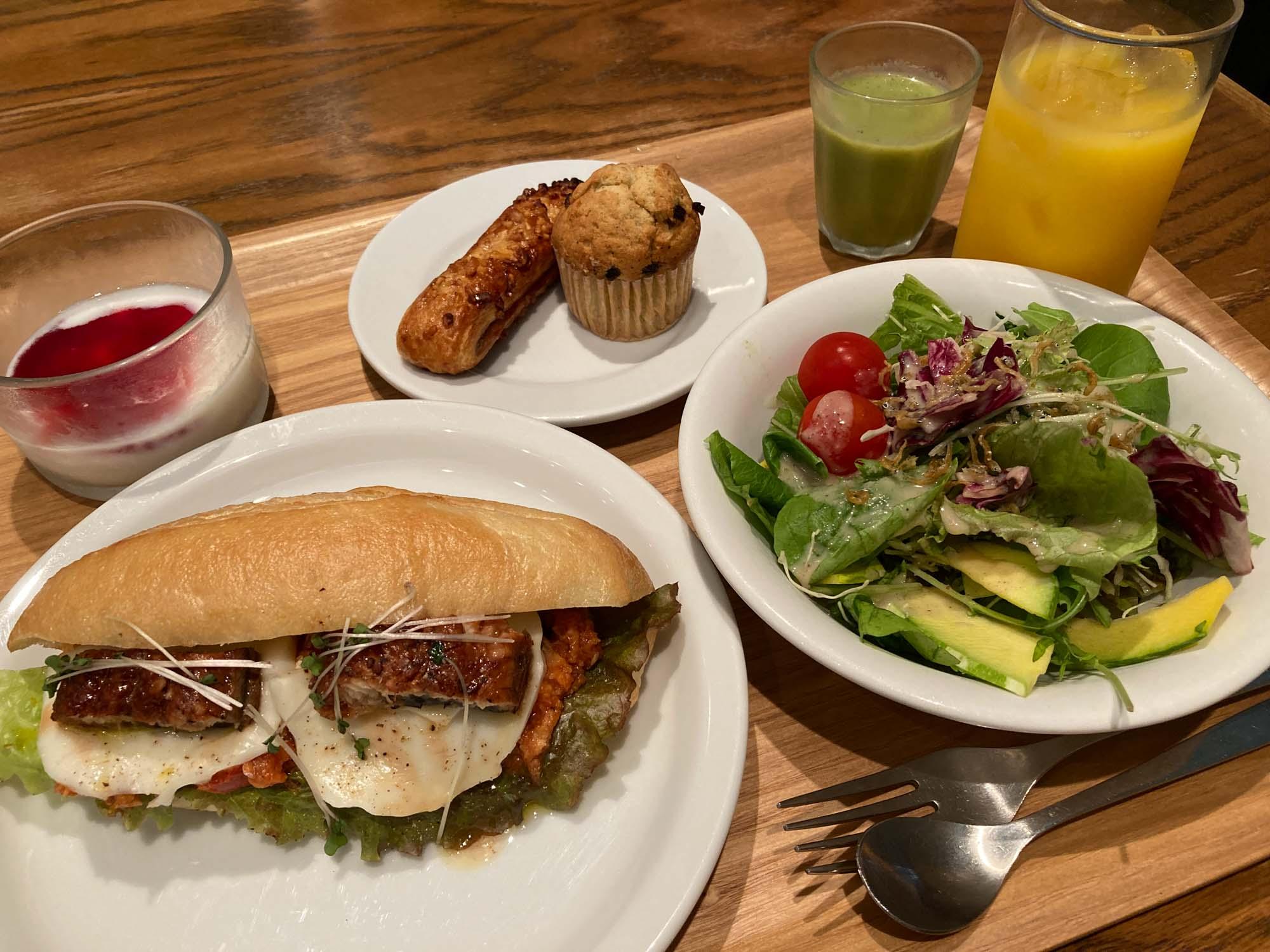 ここでもぜひ、朝食を味わってみてほしい。goodroom journal でも連載してくれている「坂ノ途中」さんの野菜をふんだんに使ったサンドイッチやサラダ、スムージーなど、朝から元気をもらえる盛りだくさんな内容です。