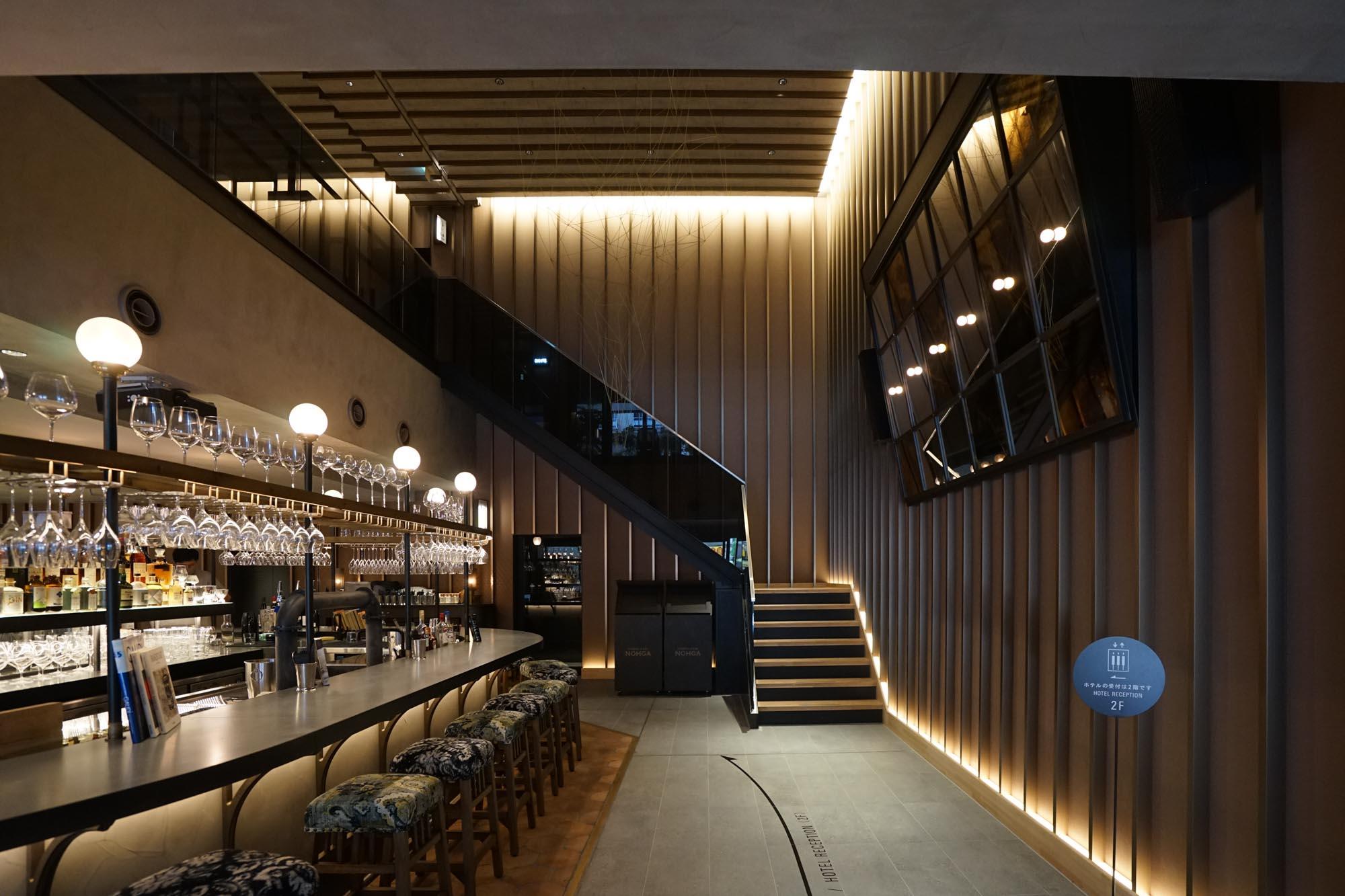 今年9月にオープンしたノーガホテル秋葉原東京。エントランスを入ると、充実した音響空間で大人の交流が楽しめるバーがあります。